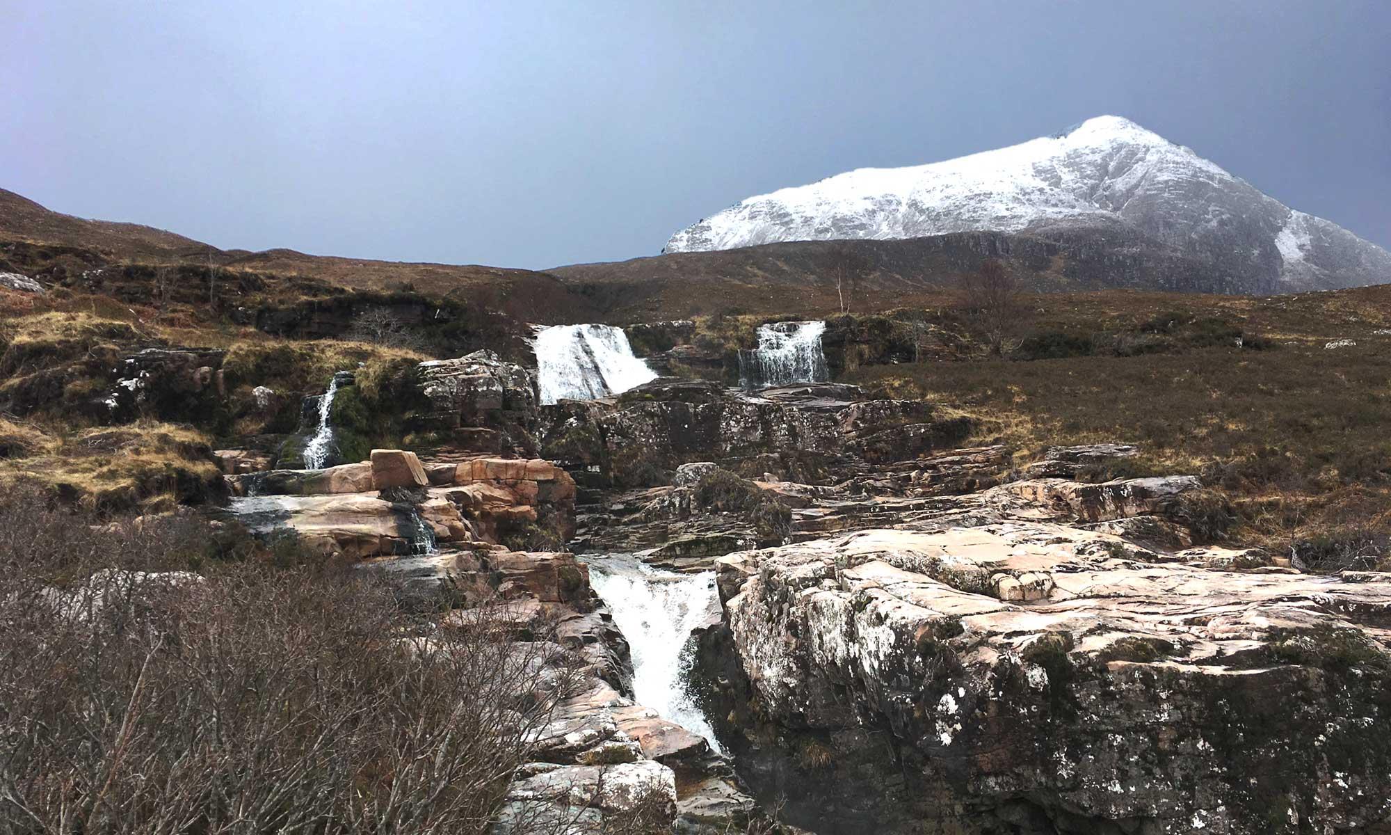 Ardessie Falls und schneebedeckter Berg