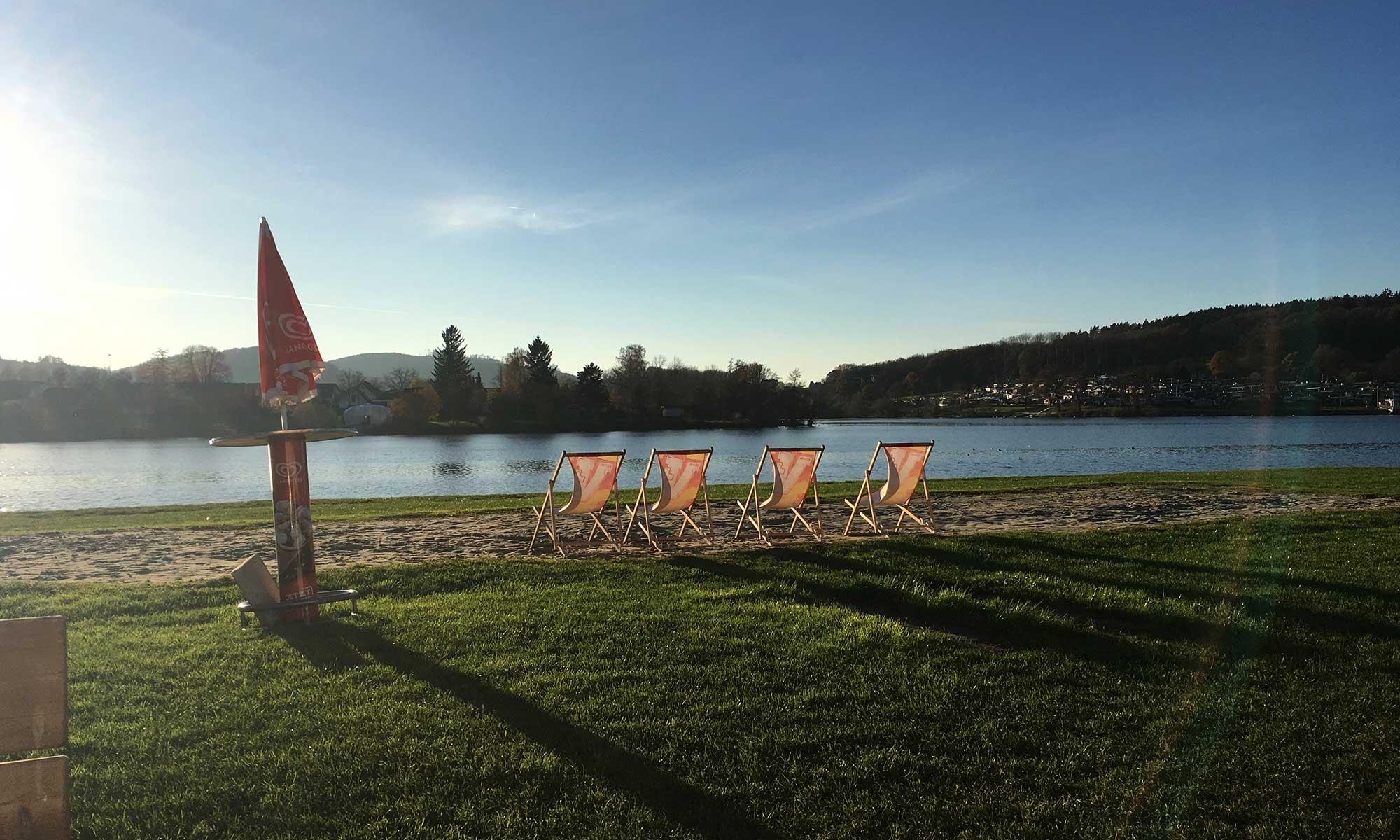 Sonnenstühle am Ufer der Sorpe