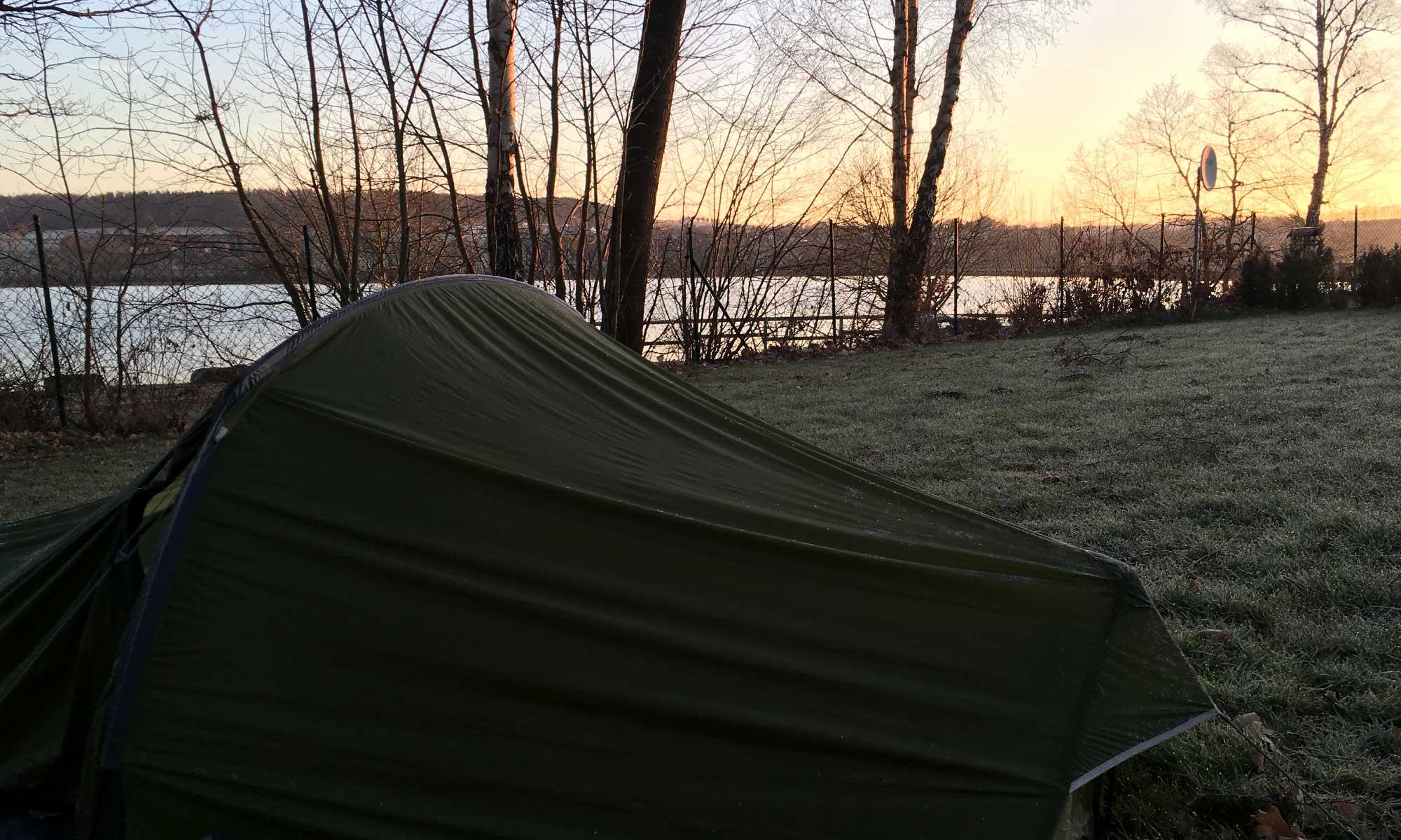 Sonnenaufgang über dem Möhnesee mit Zelt