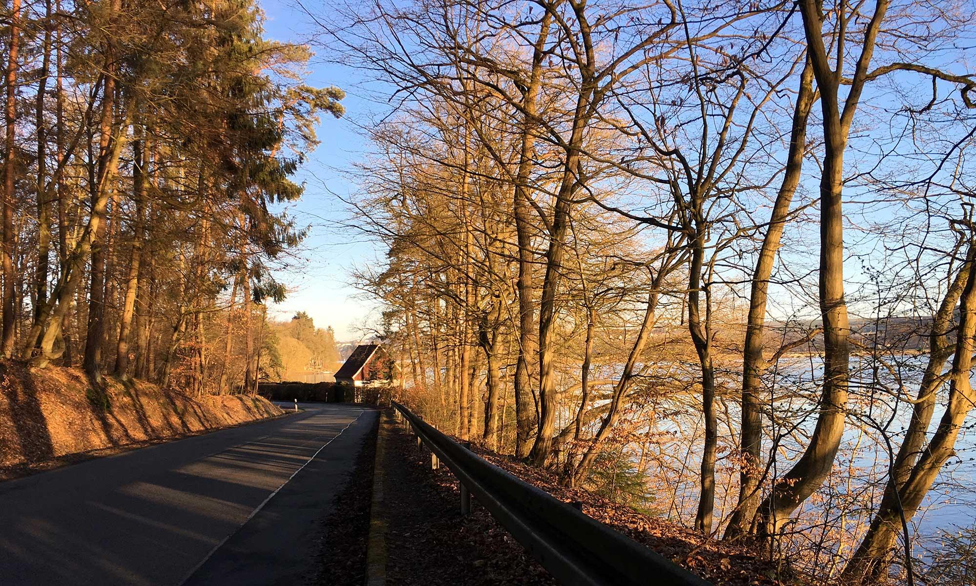 Die ersten Sonnenstrahlen am Möhnesee Ufer