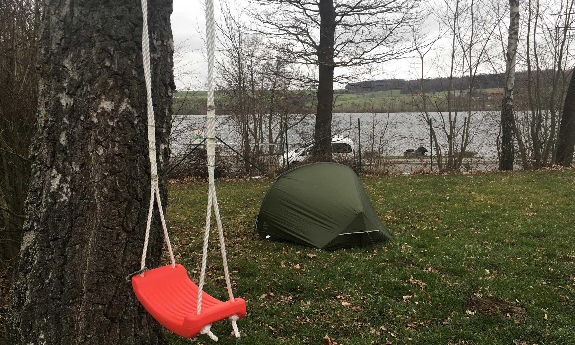 Das Zelt steht mit Blick auf das Wasser