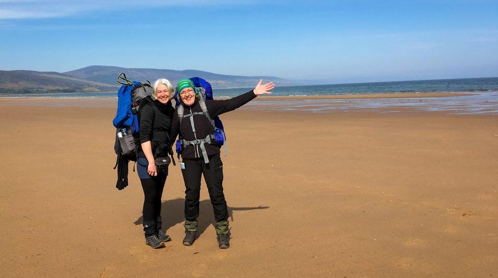 Zwei Wanderinnen am Strand von Brora