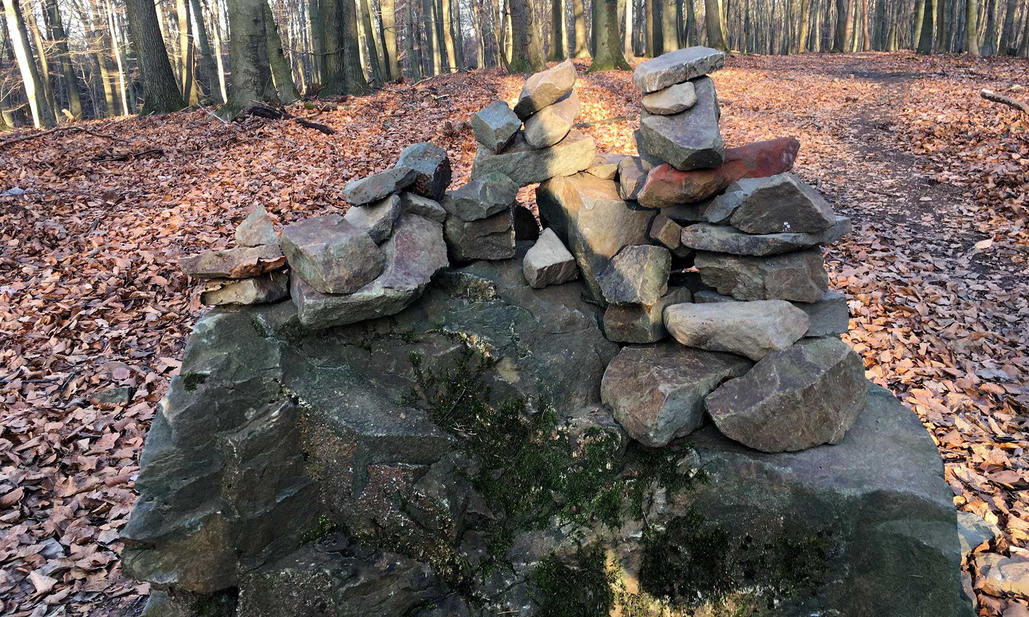Steine auf Stein im Wald