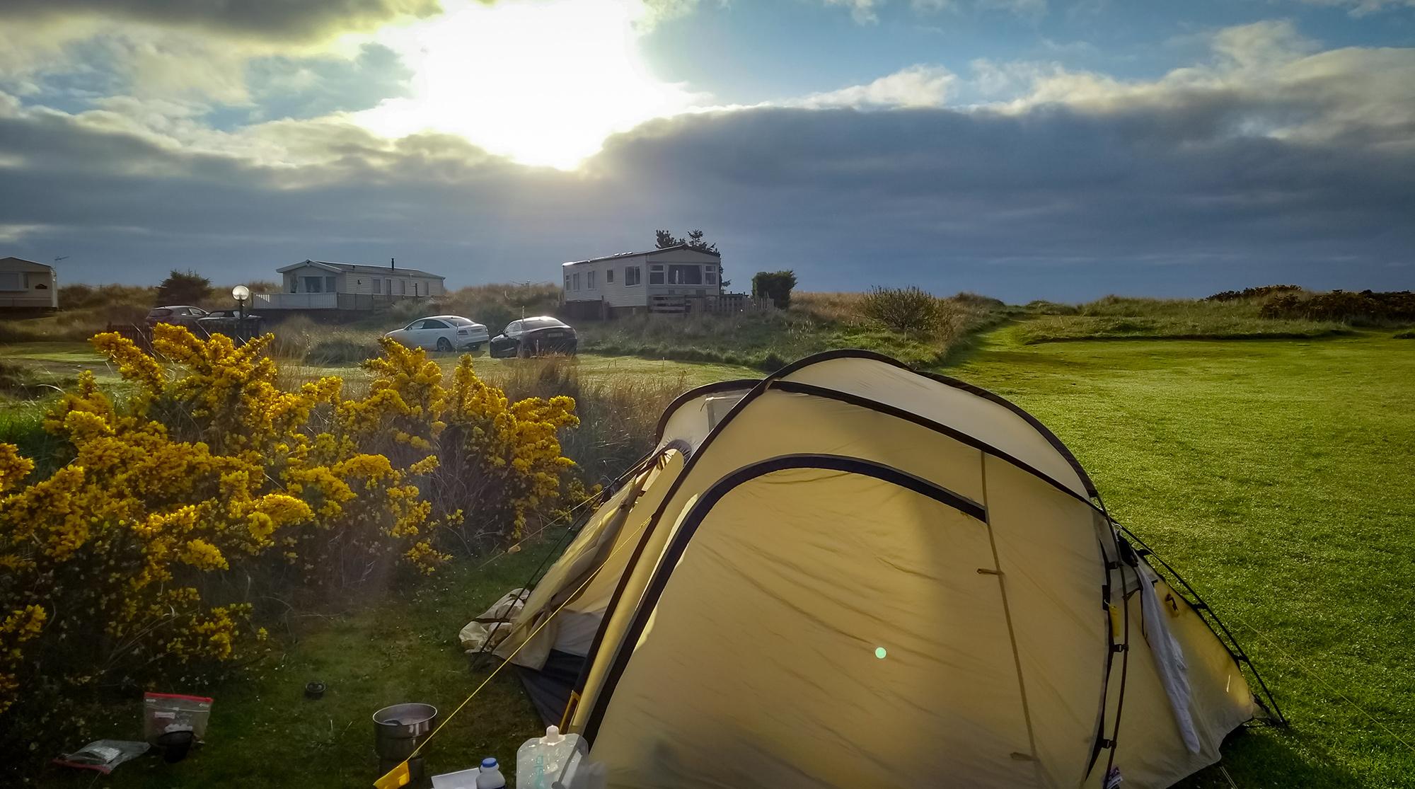 Unser Wechsel Zelt auf dem Camoingplatz in Dornoch in der Morgensonne