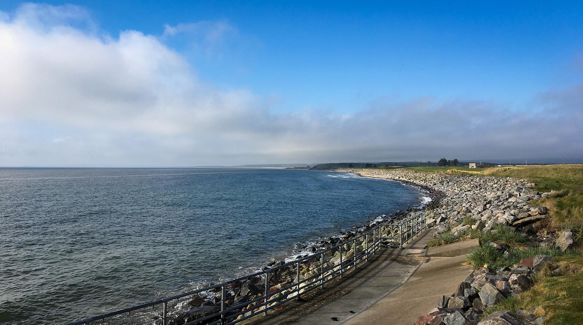 Golspie mit Wiese, Steinstrand und das Meer