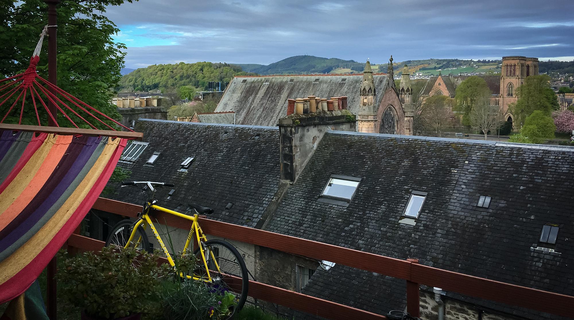 Blick vom Hostel Garten auf Dächer, Kirche und Hügel in Inverness