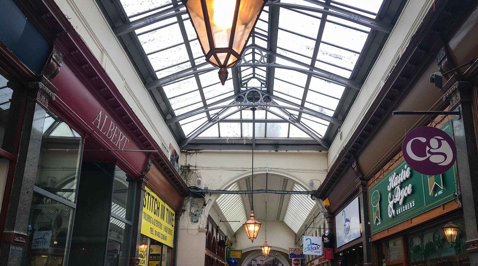 Blick auf das Glasdach der Markthalle von innen