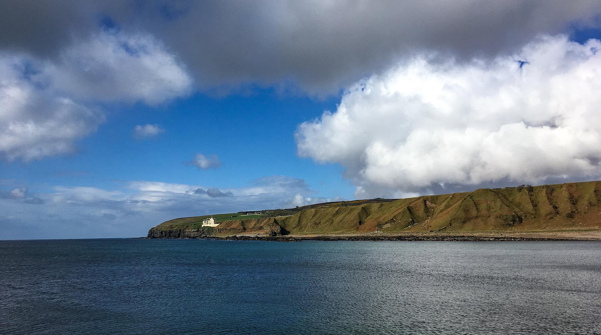 Bucht mit Klippen und weißem Schloß Dunbeath