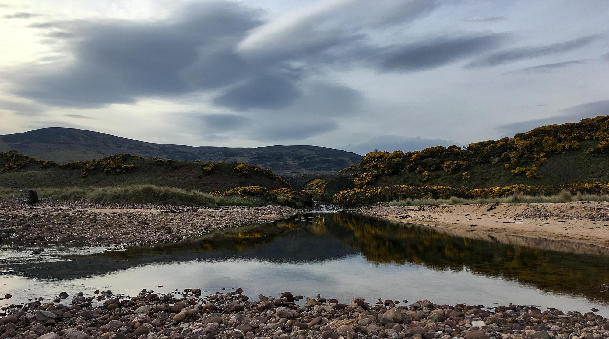 Der Fluss Loth an der Mündung ins Meer