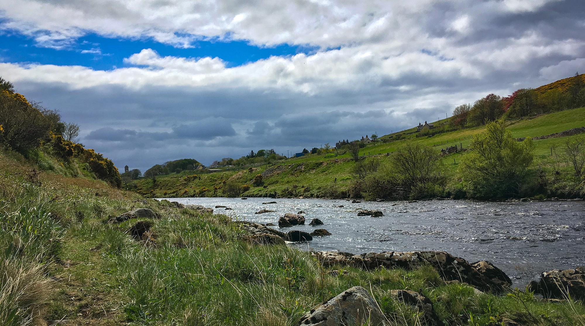 Helmsdale River und dunkle Wolken