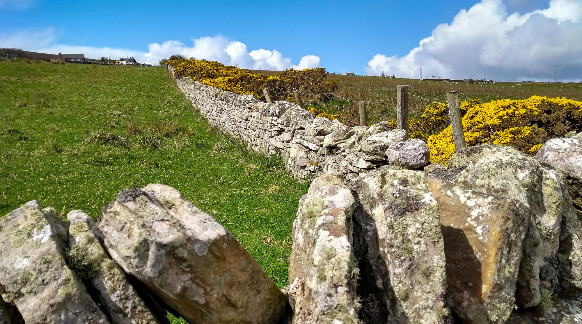 Steinmauern mit Häuser mim Hintergrund