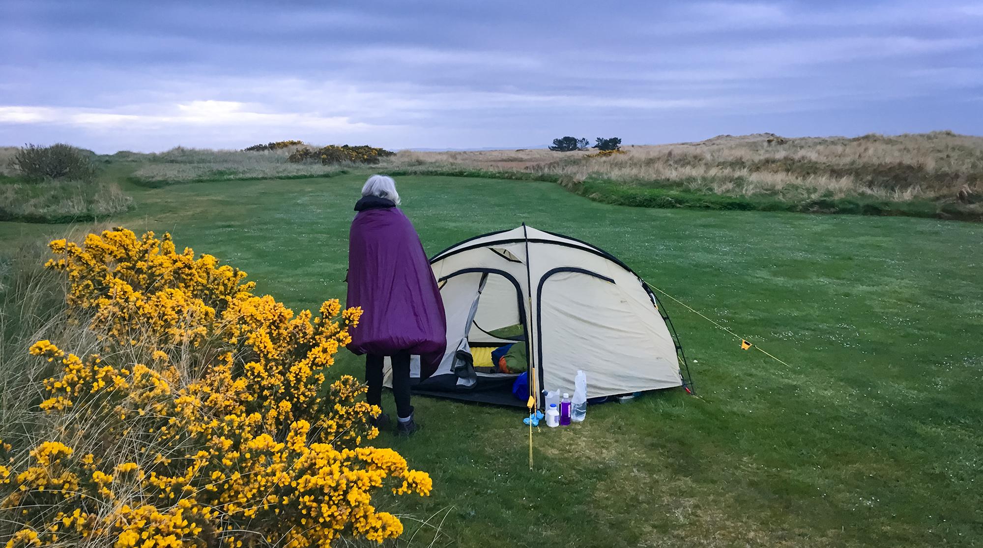 Campingplatz Dornoch mot unserem Zelt und Frau mit Quilt
