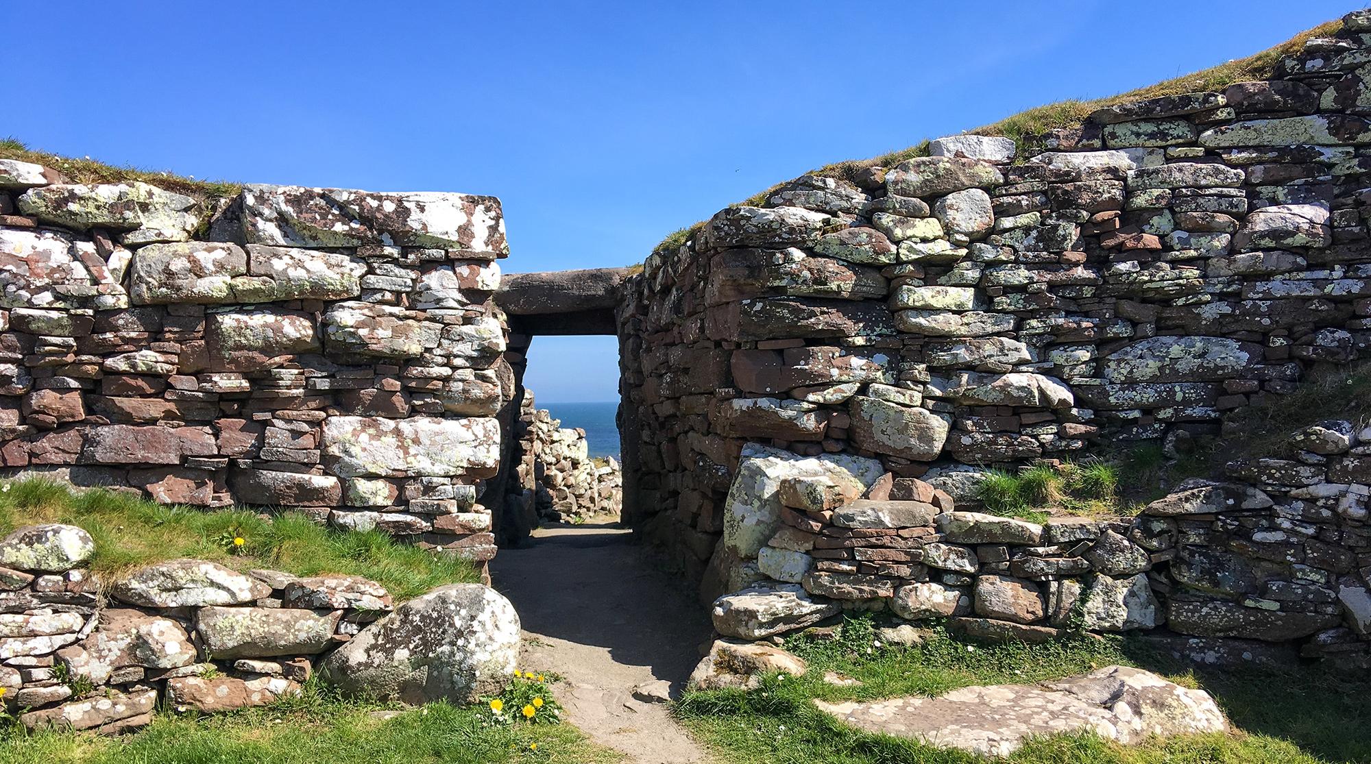 Blick durch den Eingang des Broch Carn Liath auf das Meer