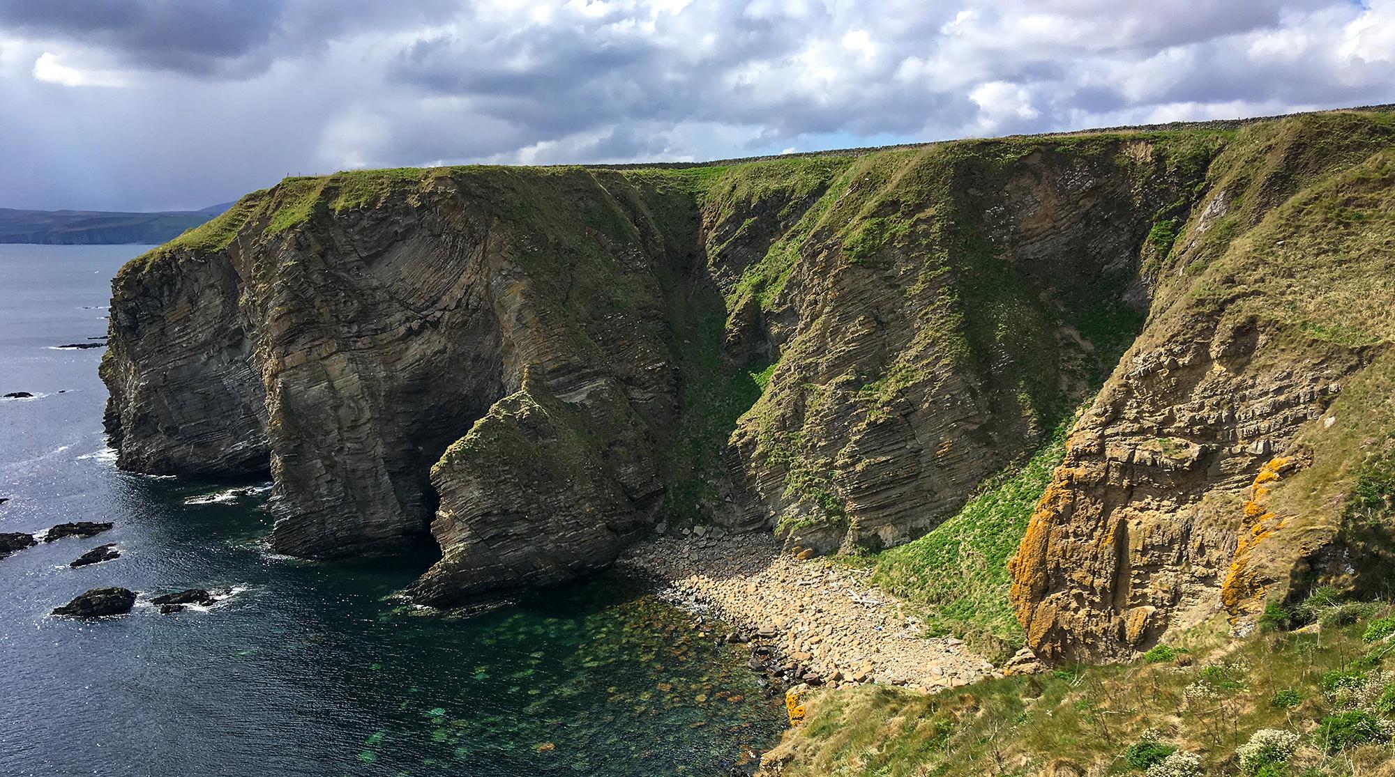Klippen und kleiner Steinstrand Caithness