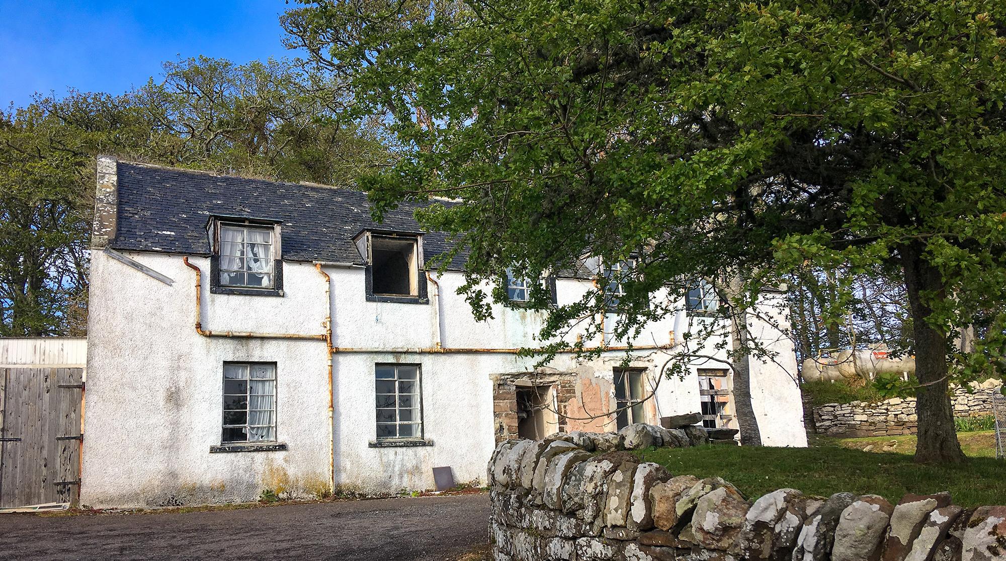 Verfallenes Hotel in Dunbeath mit Baum im Vordergrund
