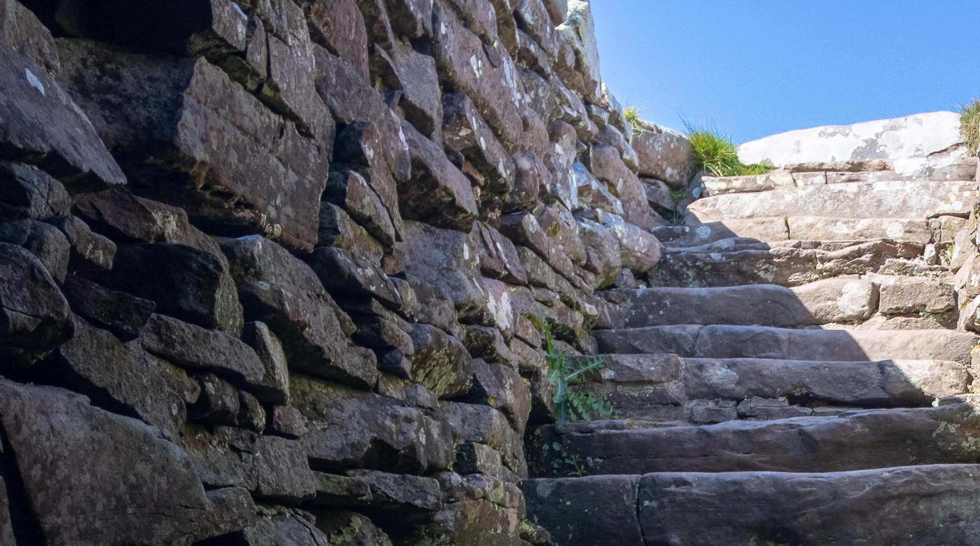 Steintreppen nach oben im Broch Carn Liath