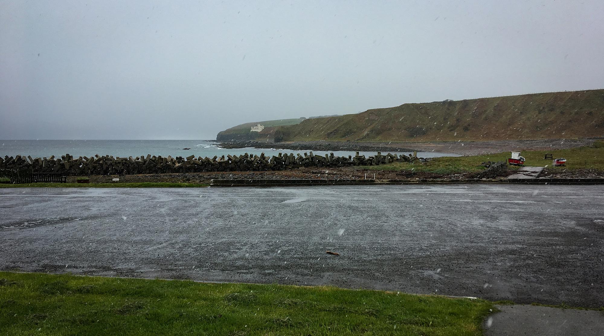 Hafen im Regen mit Blick auf ein Schloss in Dunbeath