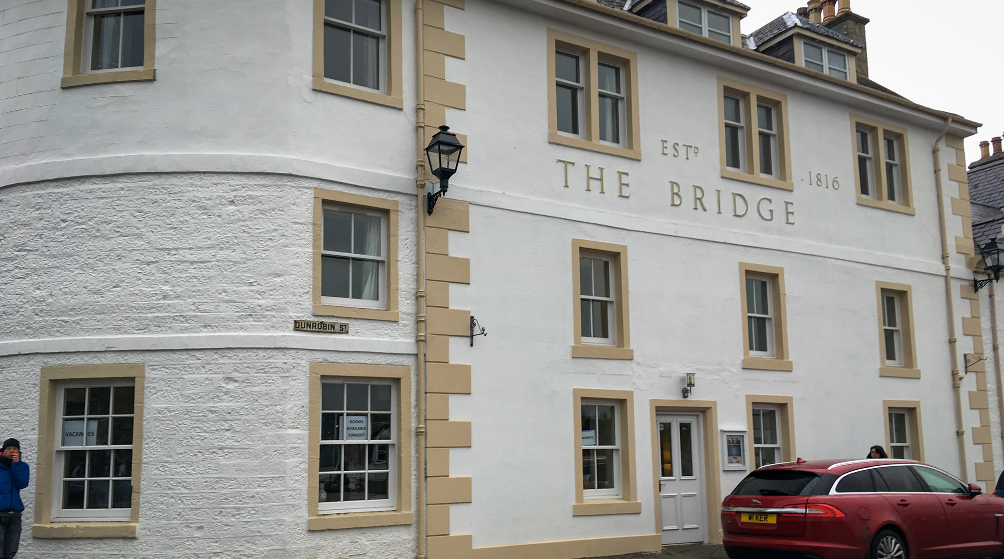 B&B The Bridge in Helmsdale mit PKW davor