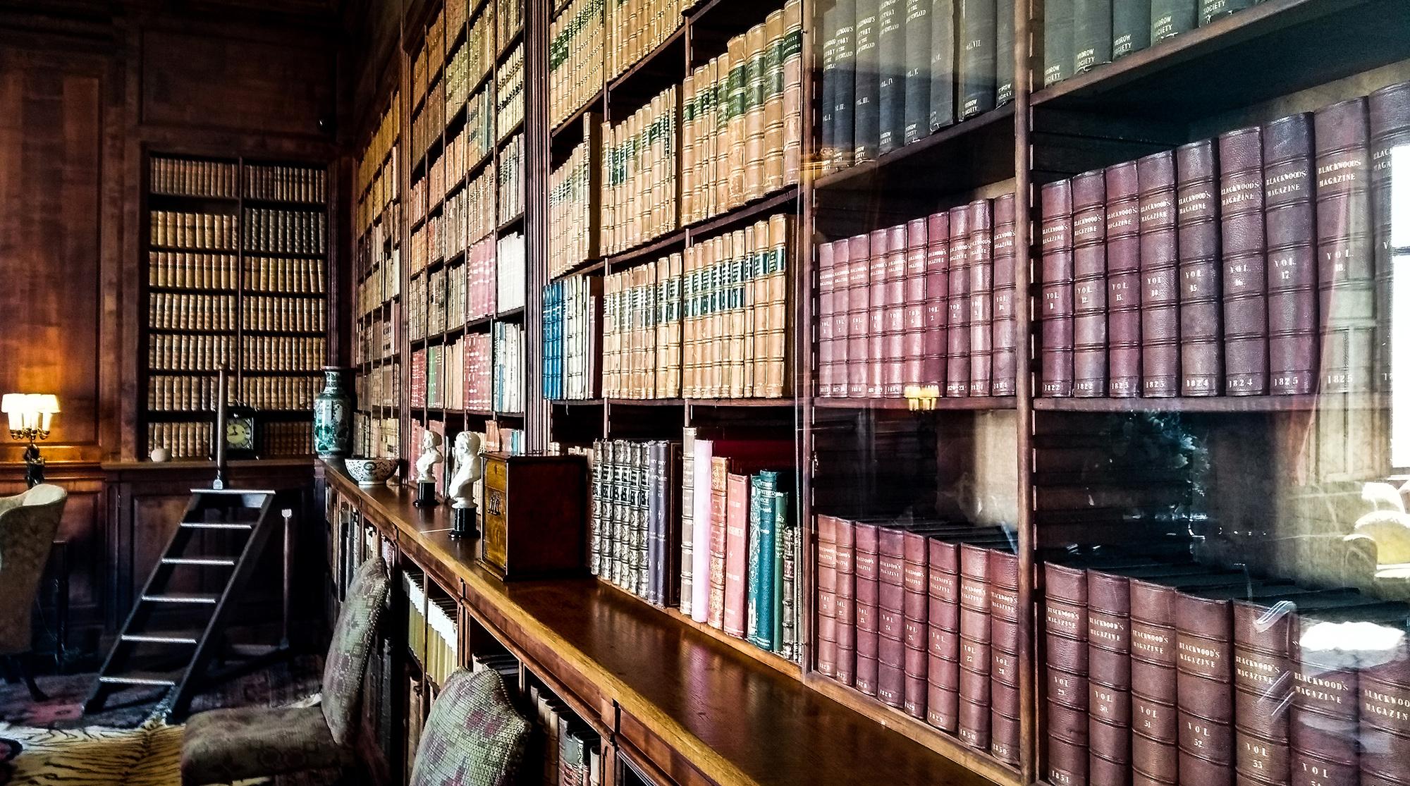 Mit dunklem Holz getäfelte Bibliothek mit alten Büchern im Dunrobin Castle
