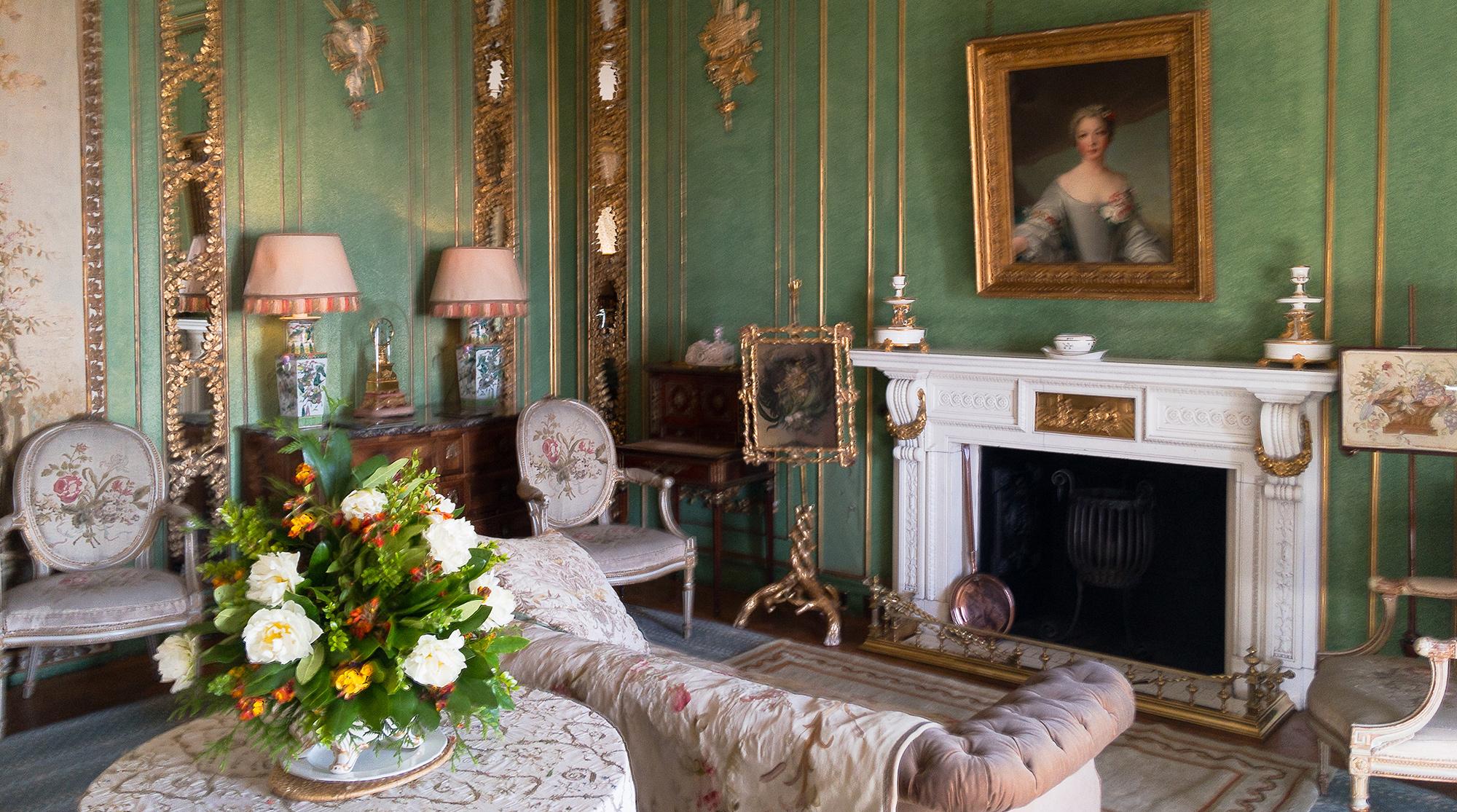 Sofa vor Kamin mit Portrait einer Dame im Dunrobin Castle
