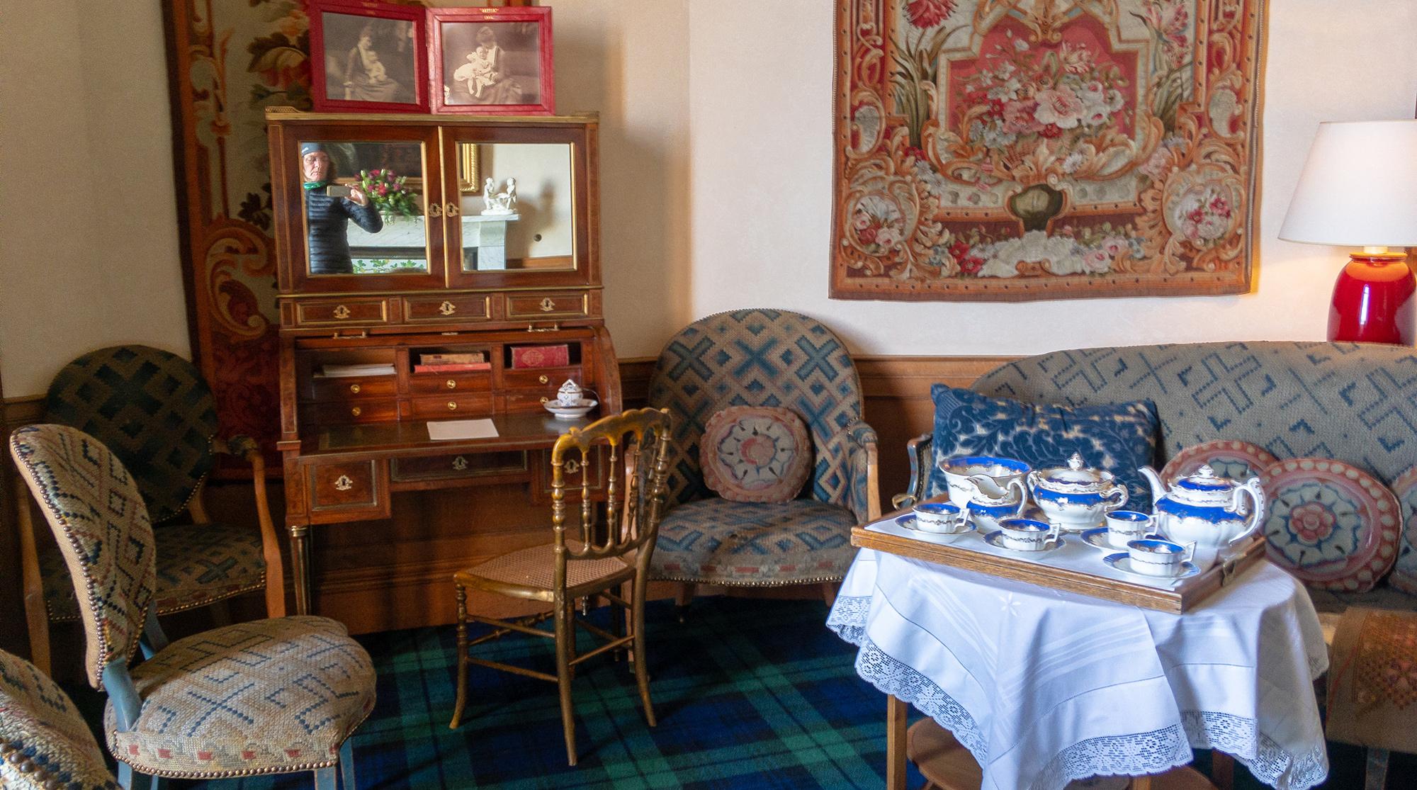 Sofa und Sessel mit gedecktem Teetisch und Sekretär im Dunrobin Castle