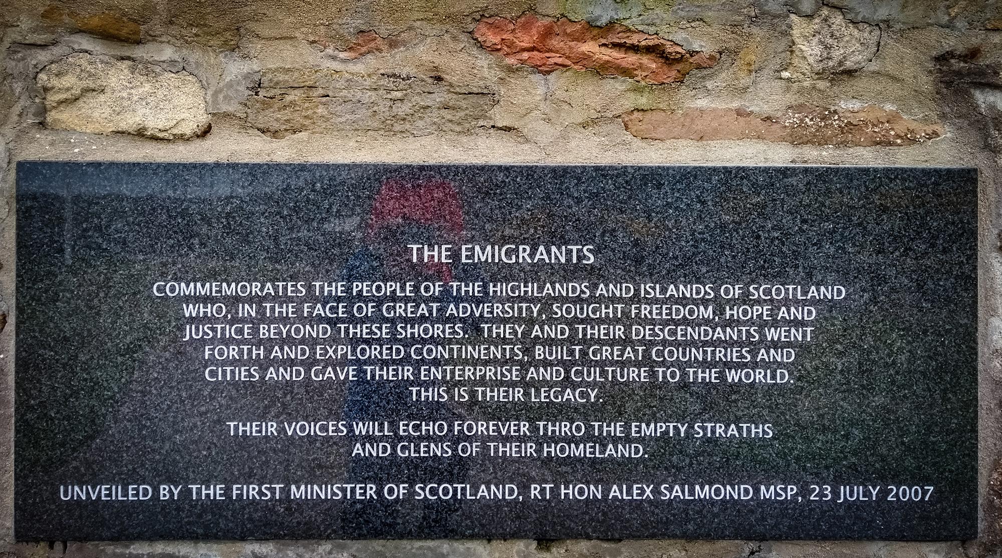 Tafel für die Emigtranten am Denkmal in Helmsdale