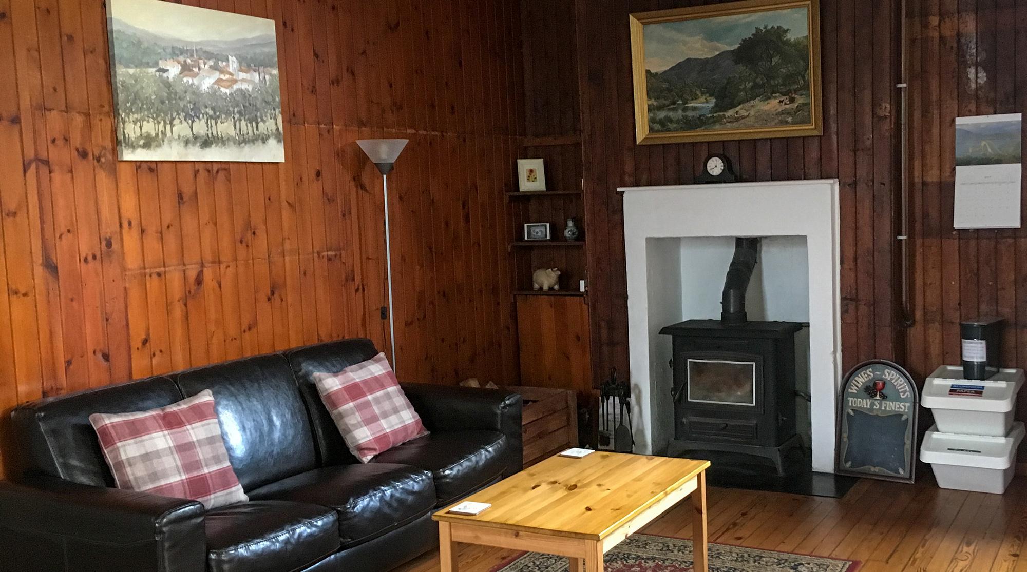 Aufenthalstraum mit Ofen im Helmsdale Tourist Hostel