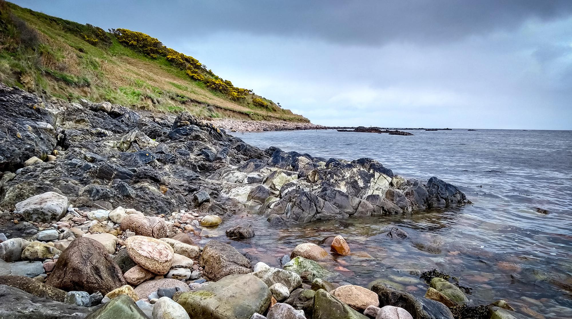 Meer und Steinstrand