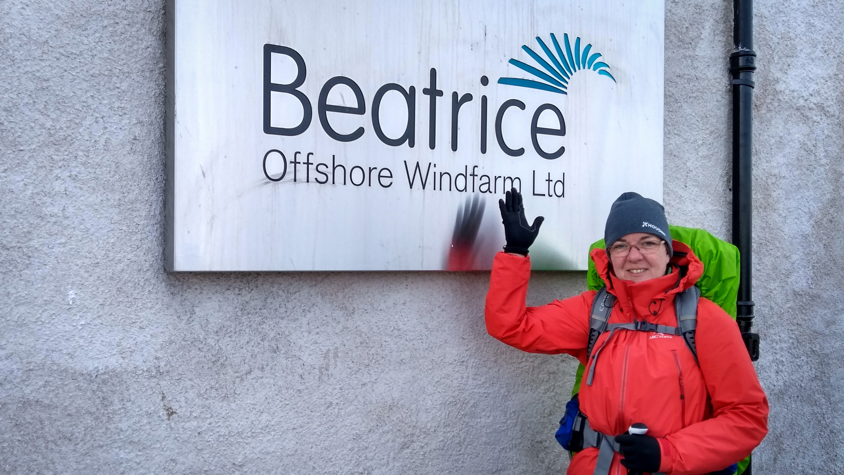 Beatrix vor dem Schild des Beatrice Windpark in Wick
