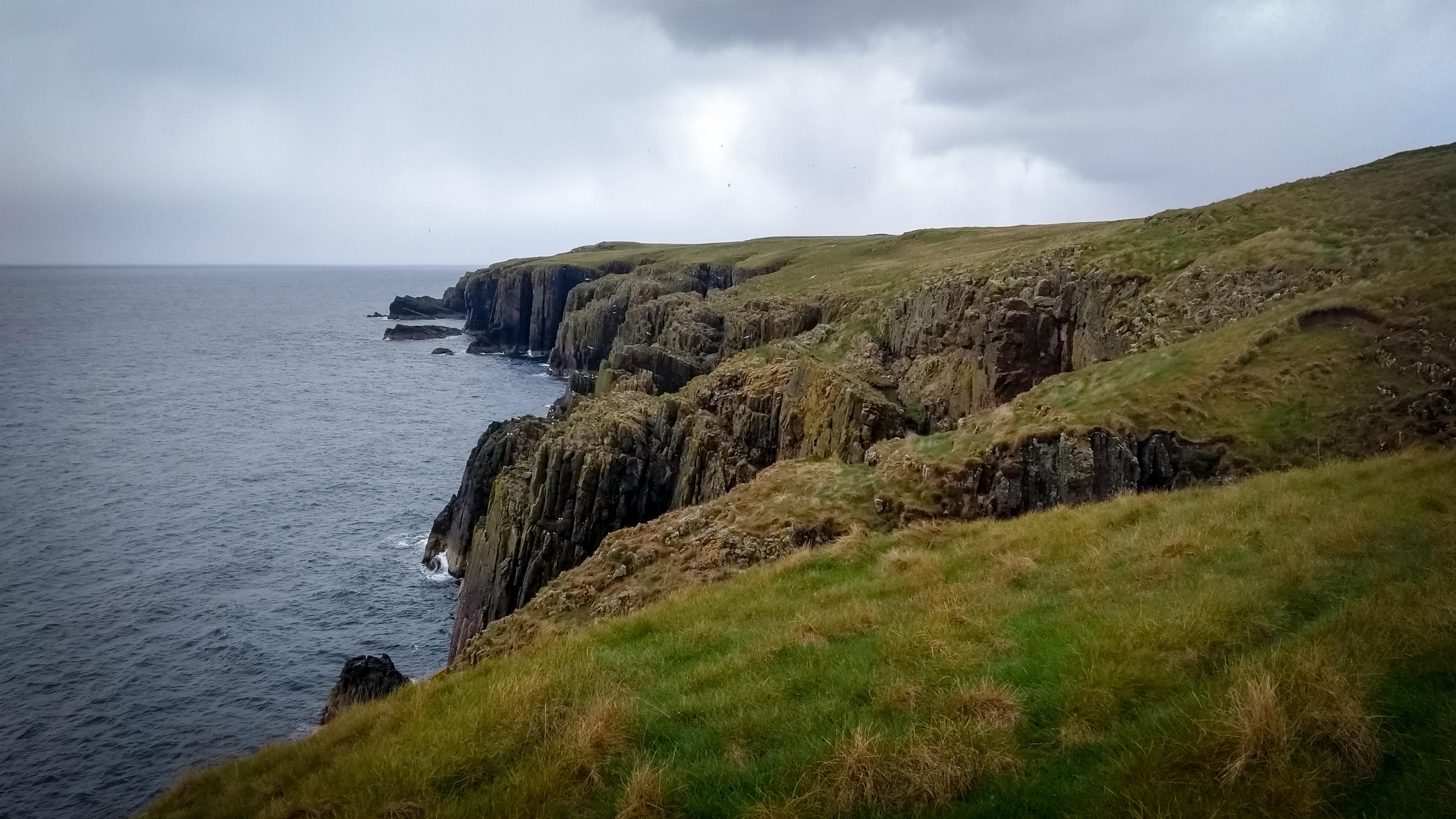 Blick über Moorlandschaft an den Klippen bei Gearty Head