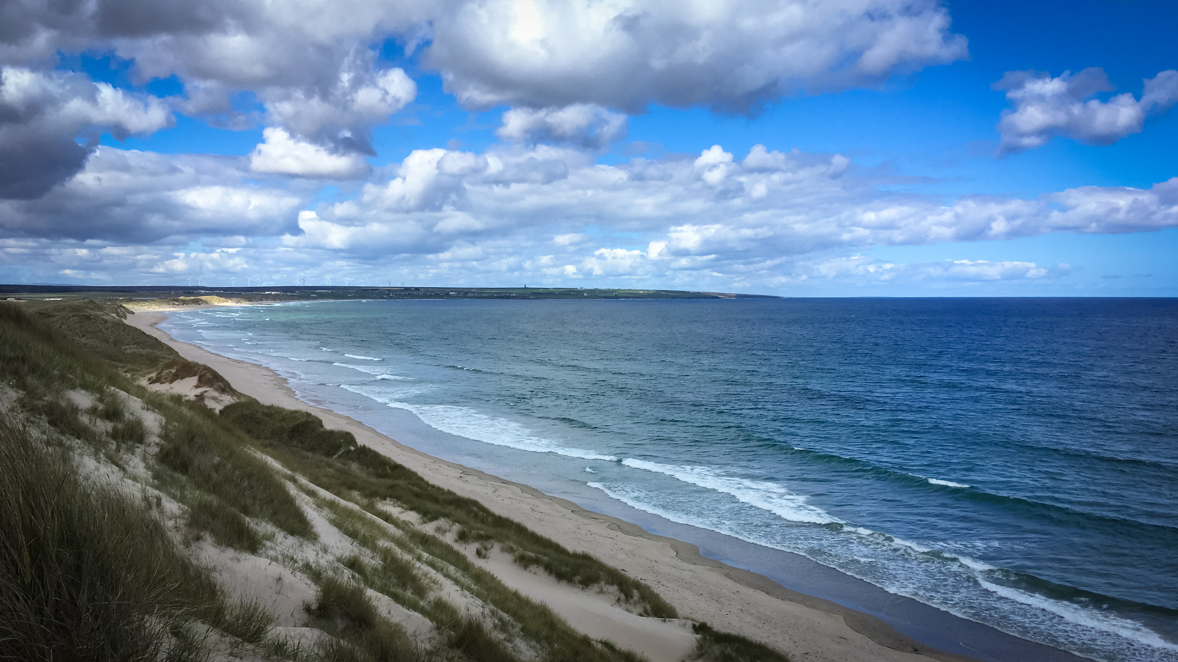 Blick von Dünen auf weißen Strand der Sinclair Bucht