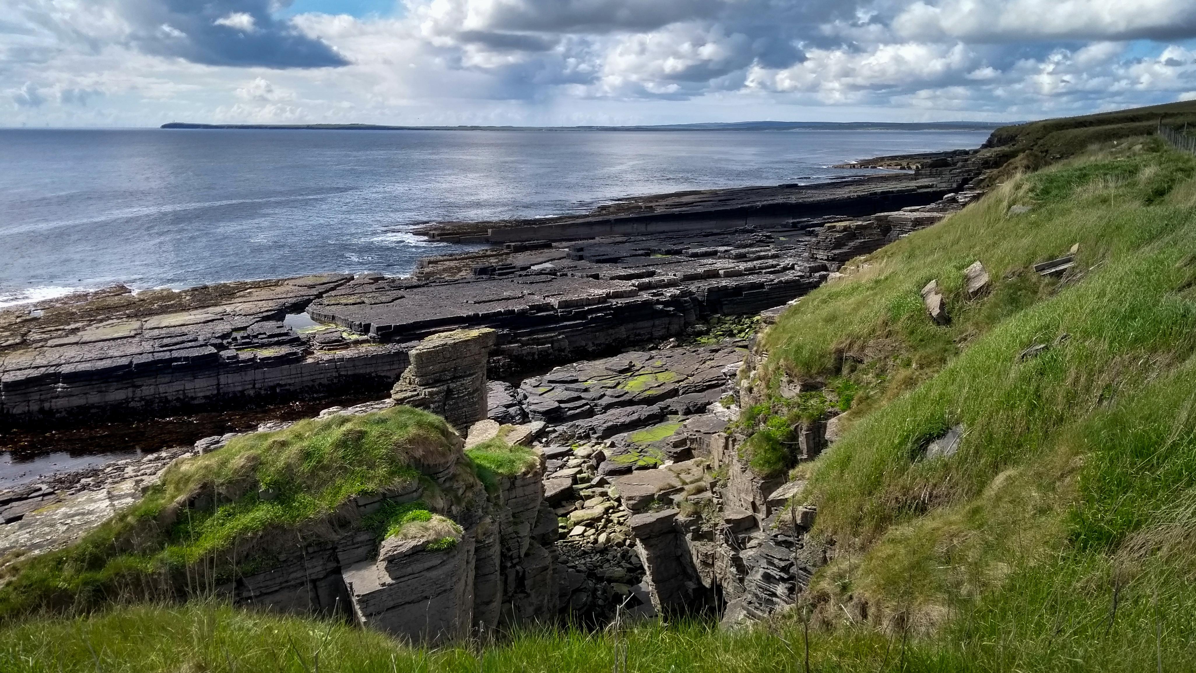 Felsküste und Blick über die Sinclair Bay bis Noss Head