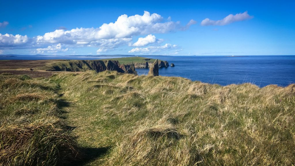 Blick auf Stacks of Duncansdy, die Head of Duncansby und den Orkney Inseln