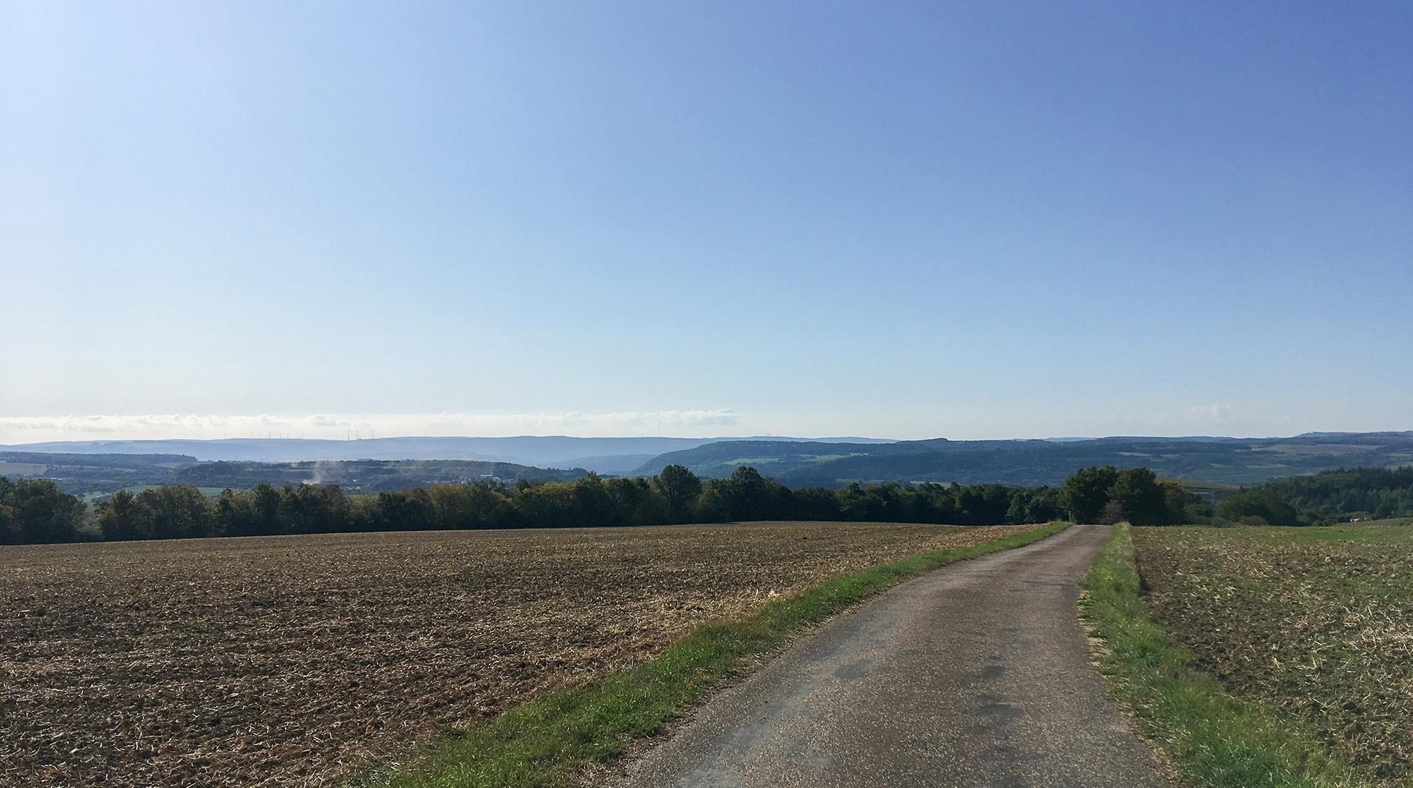 Hochebene mit Ackerfläche und weitem Blick über das Sauertal bei Moersdorf