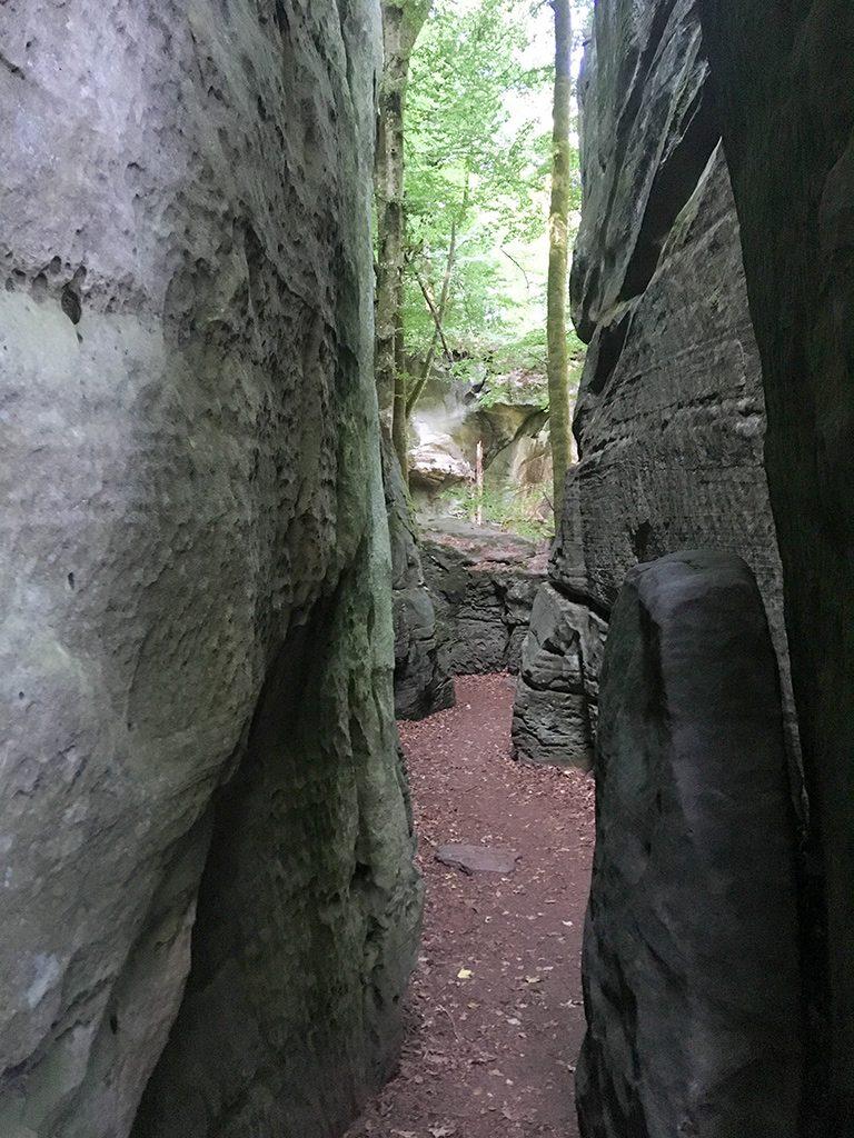 Eng stehende Felsenschlucht