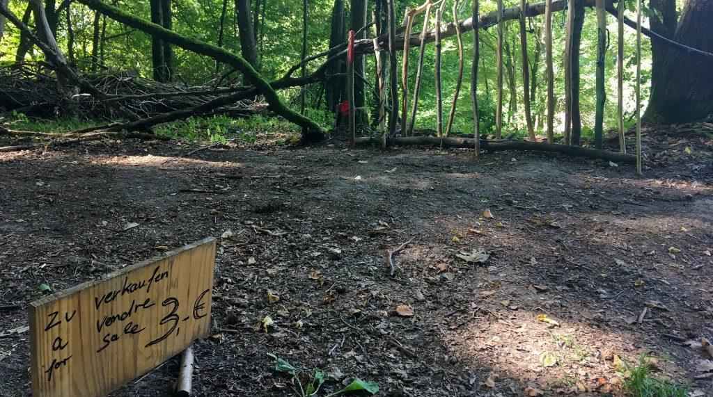 Verkauafsstand für Wanderstöcke im Wald