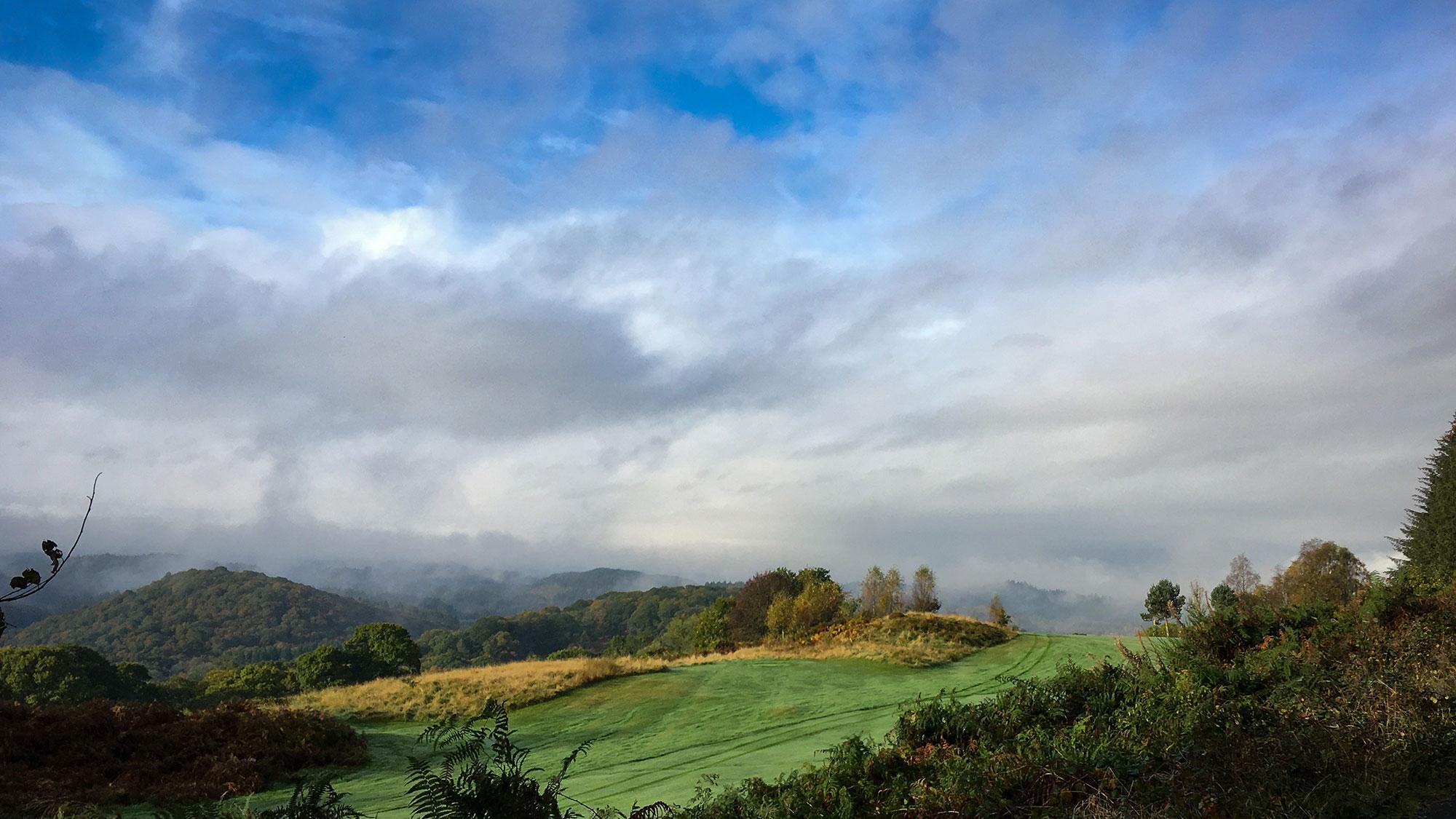 Golfplatz im Morgennebel