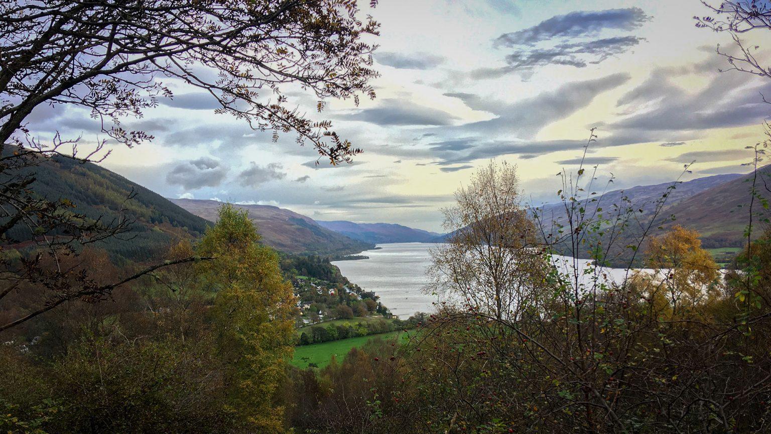 Loch Earn hinter Herbstbäumen