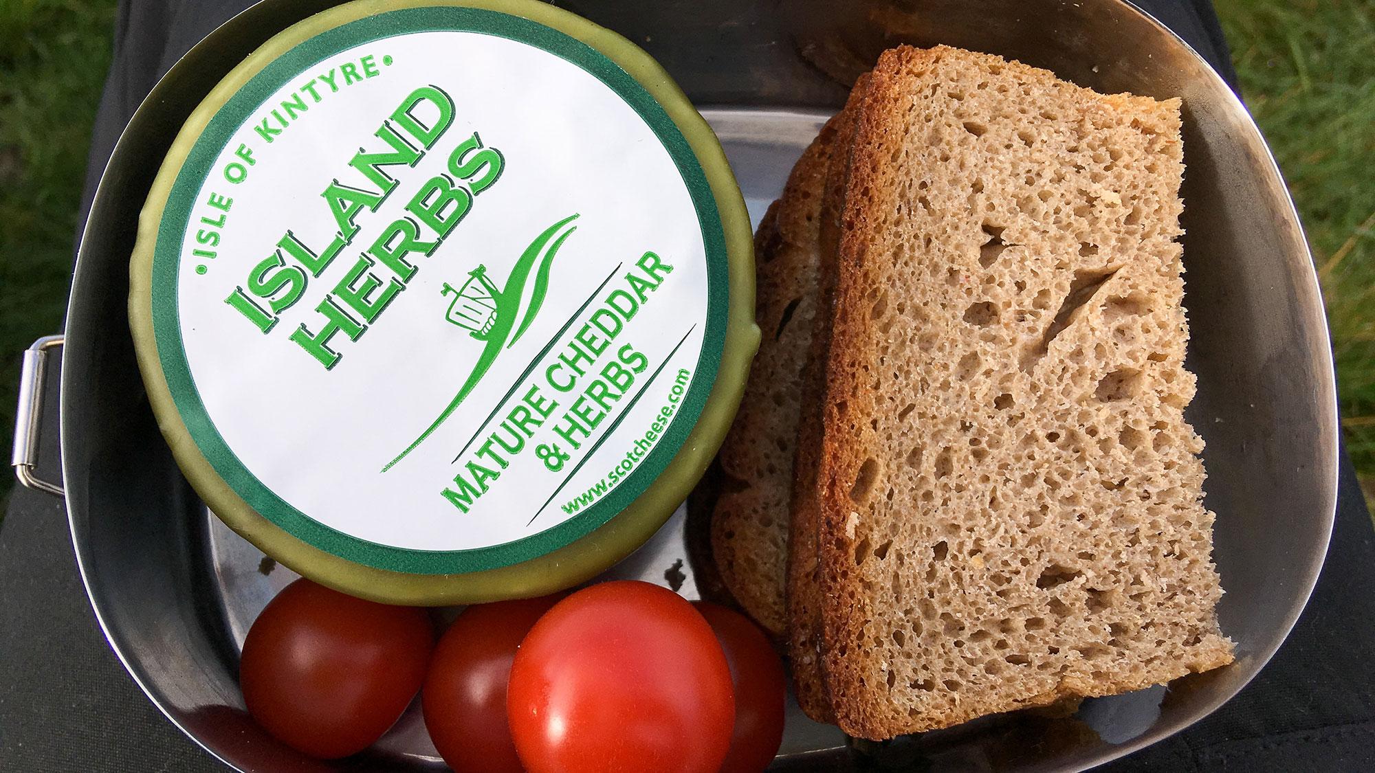 Cheddar und Tomaten mit Graubrot