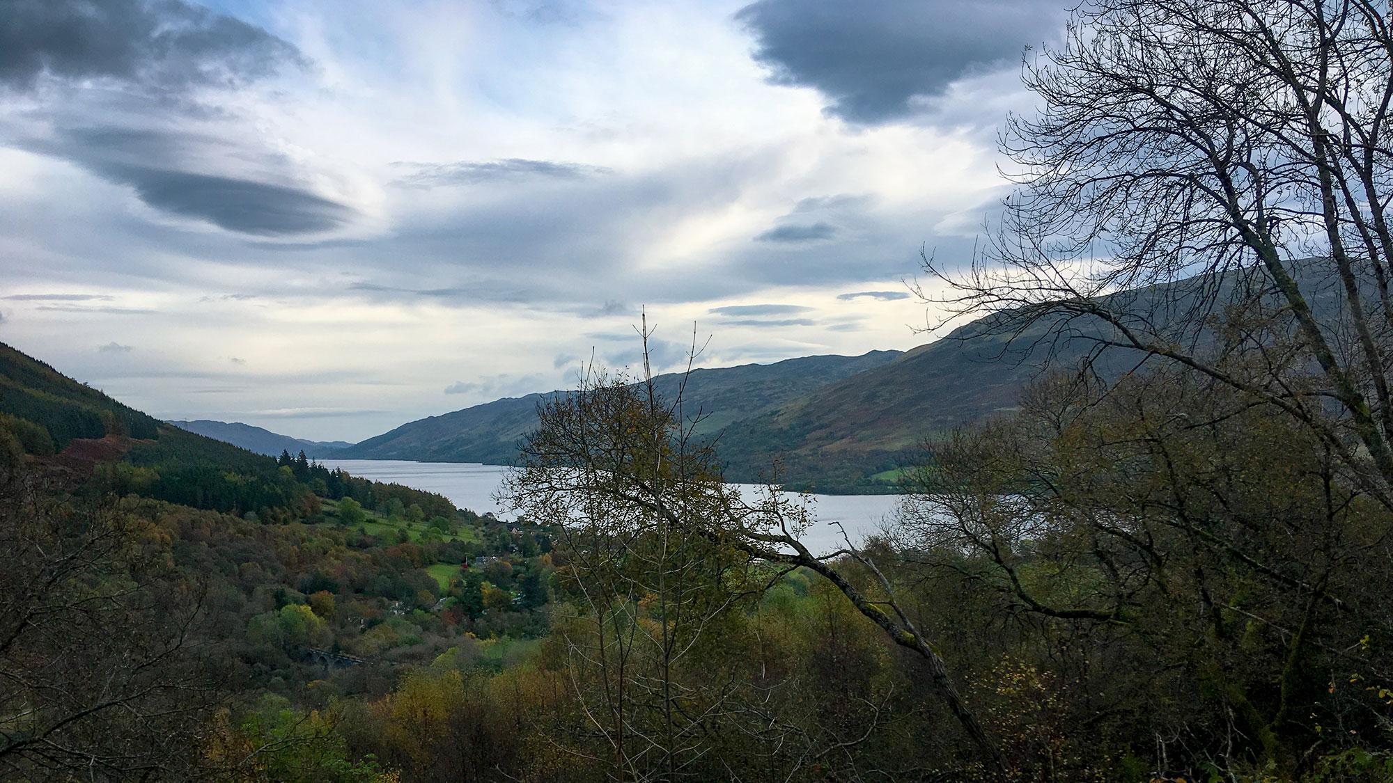 Loch Earn und LochearnheadBlick durch Bäume auf Loch Earn und Lochearnhead