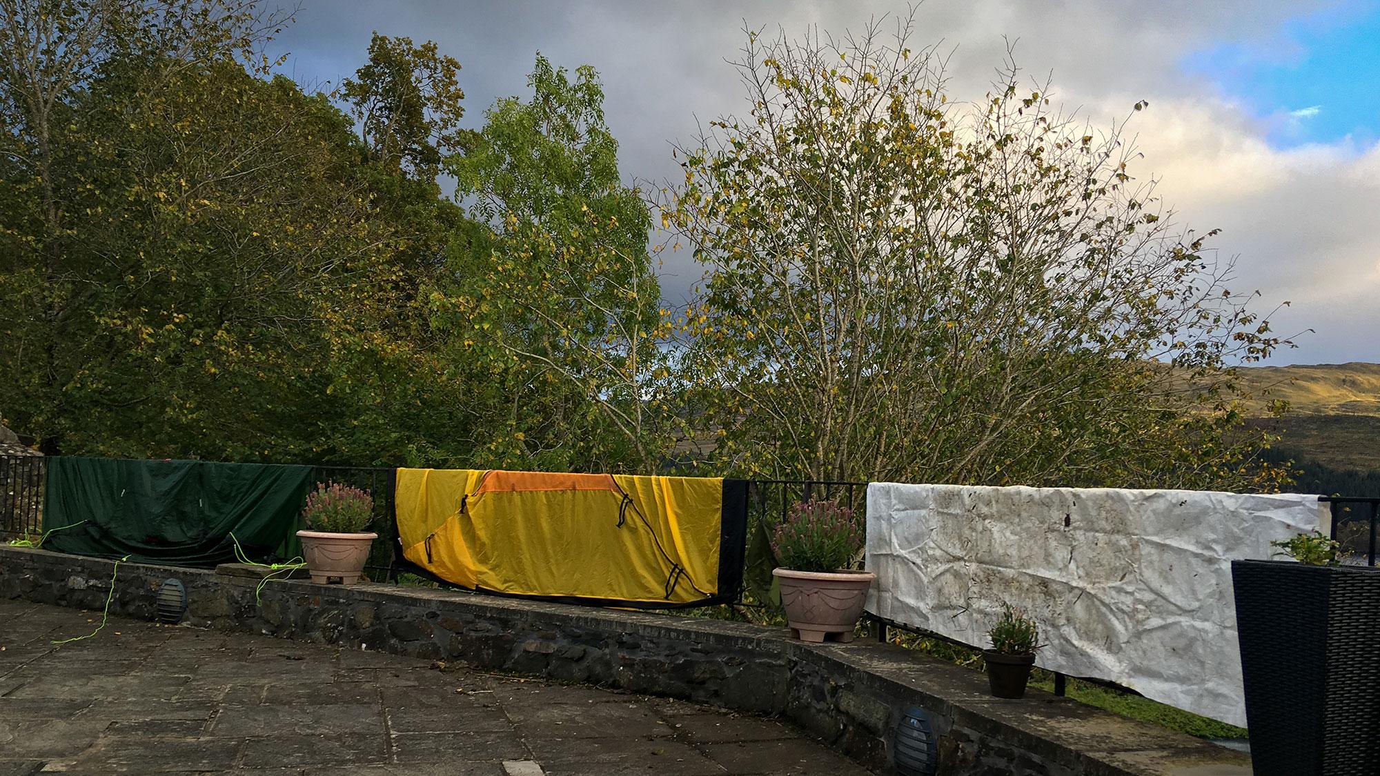 Zelt zum trocknen auf Geländer