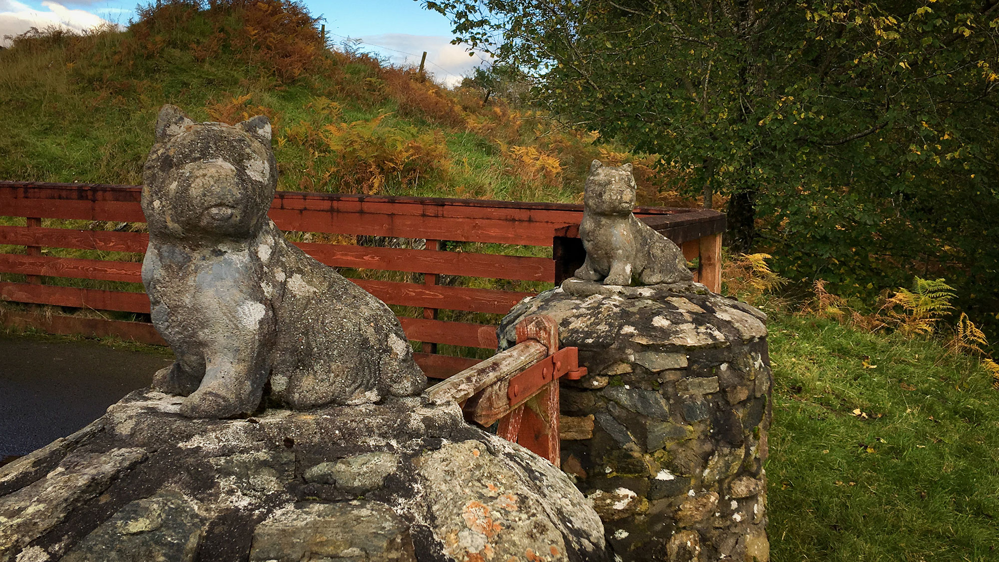 Steinskulpturen auf der Morenish Farm