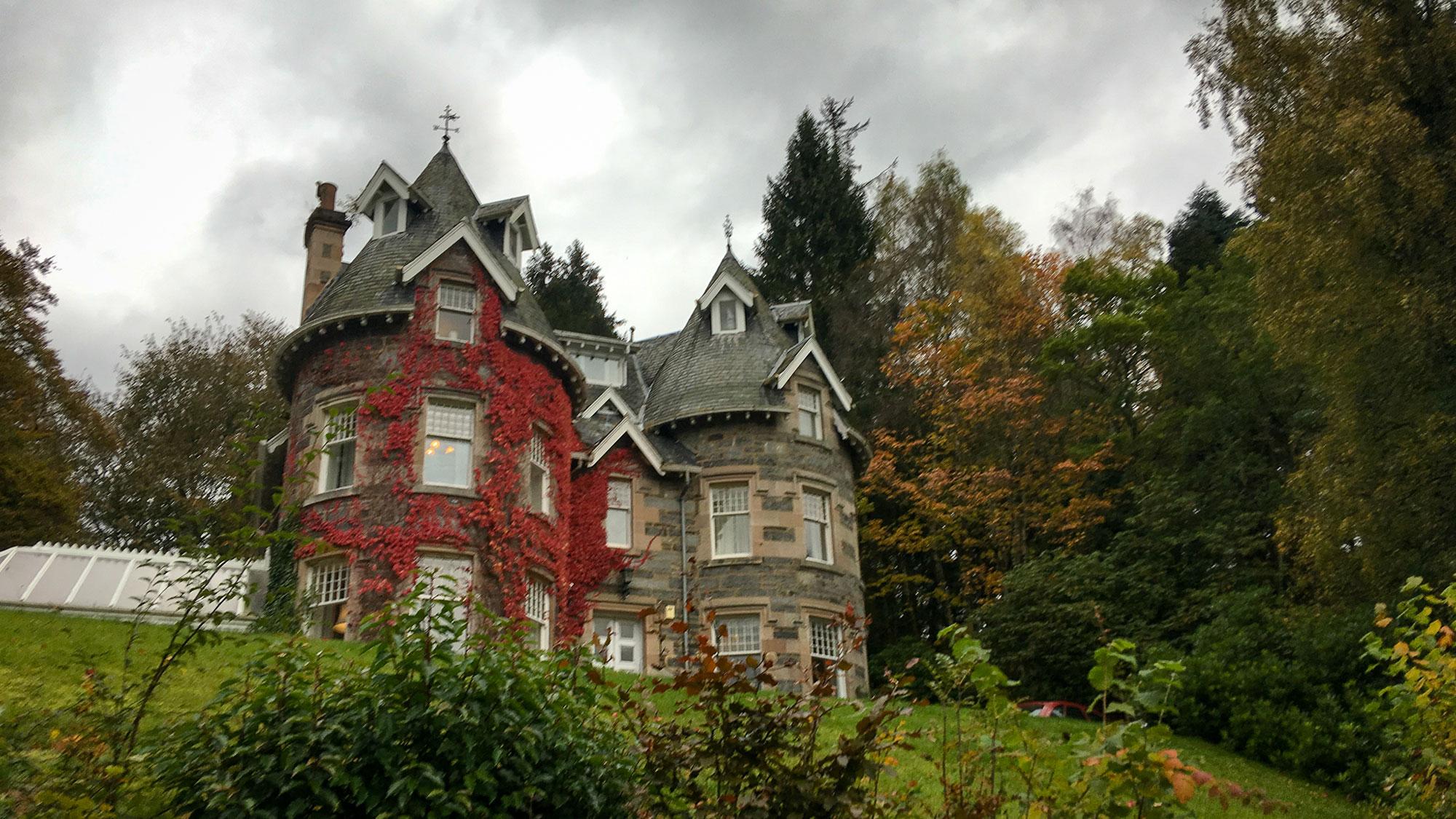 Strathtay Gästehaus mit rotem Efeu