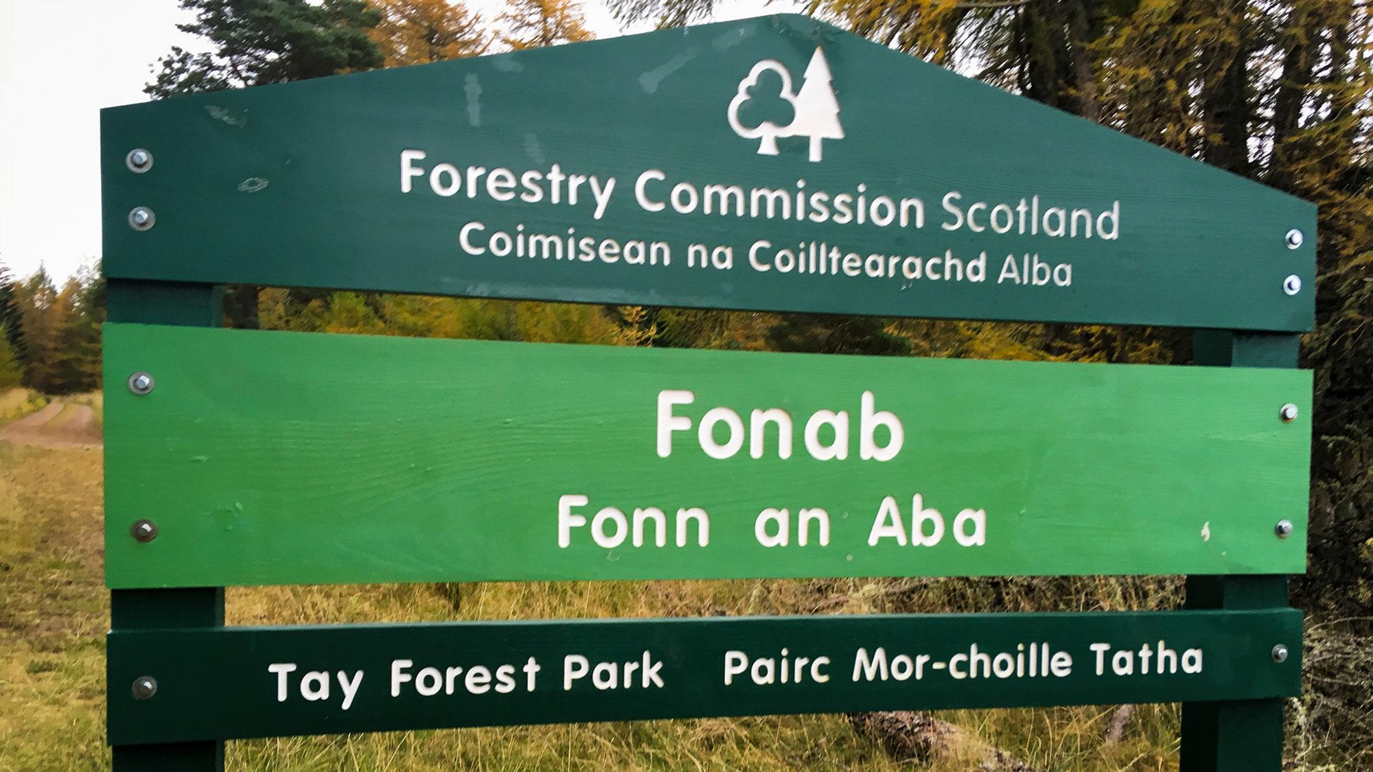 Schild mit Fonn an Aba - Tay Forest Park