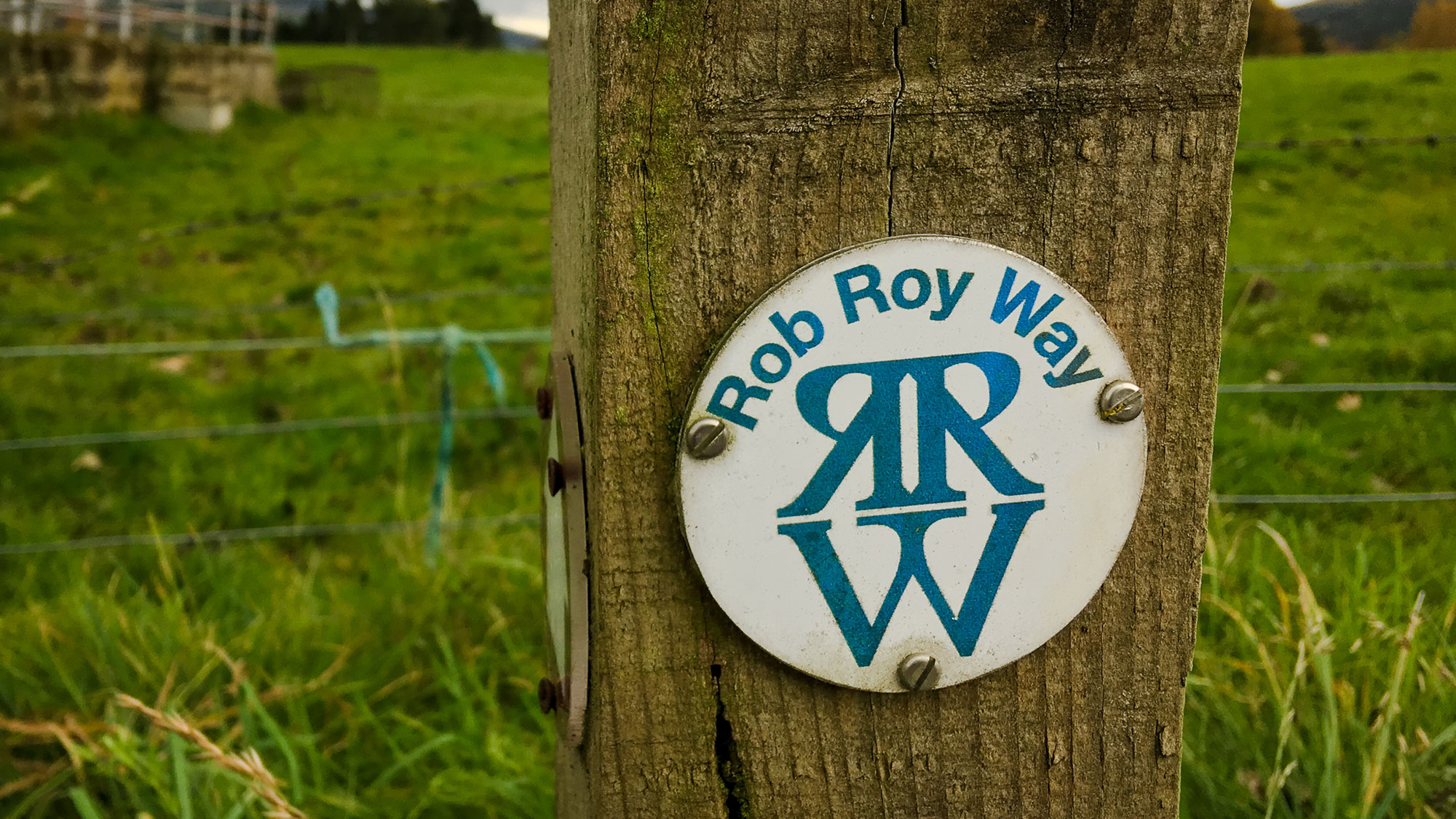 Wanderwegweiser Rob Roy Way an Holzpfosten