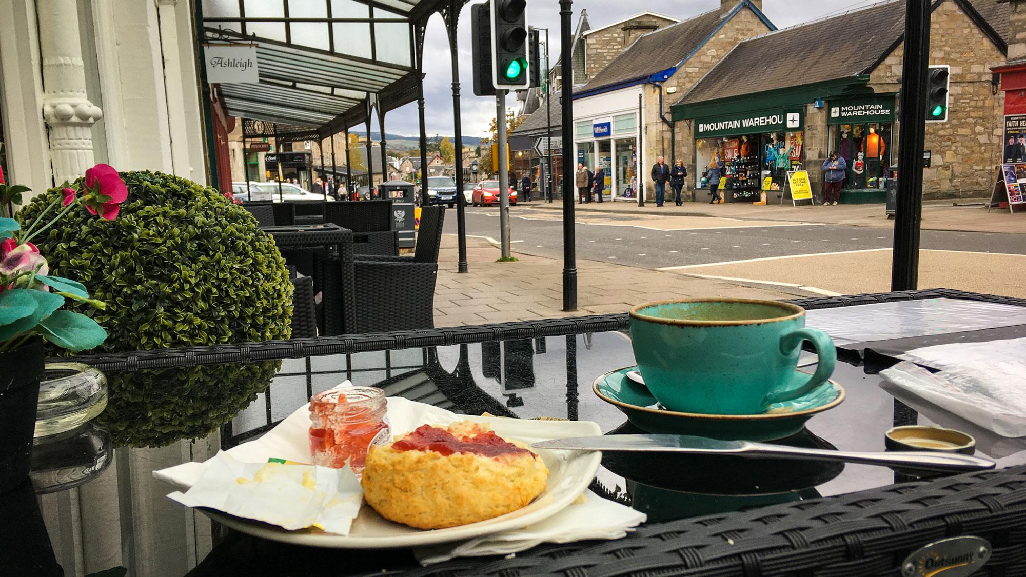 Tee und Scones auf einem Tisch in Pitlochry