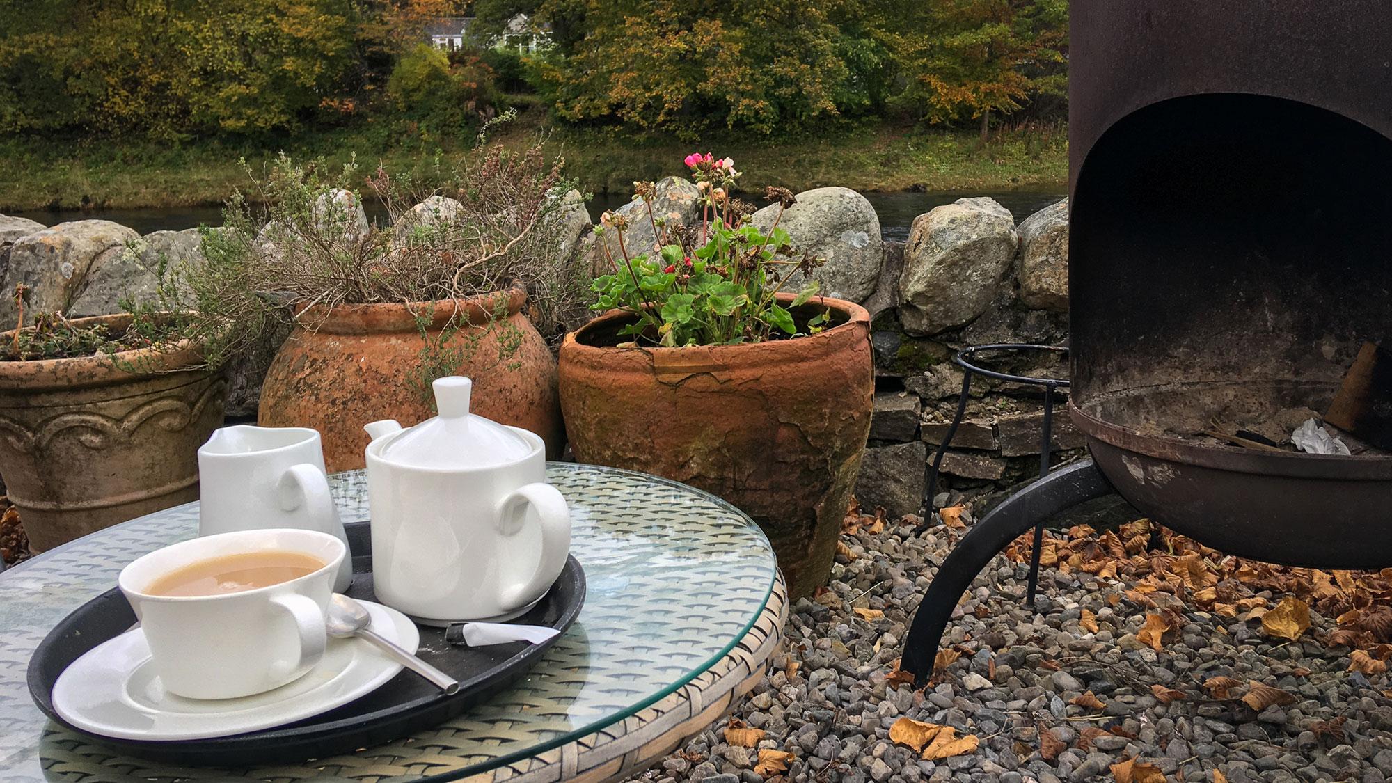 Tee im Steingarten am River Tummel in Pitlochry