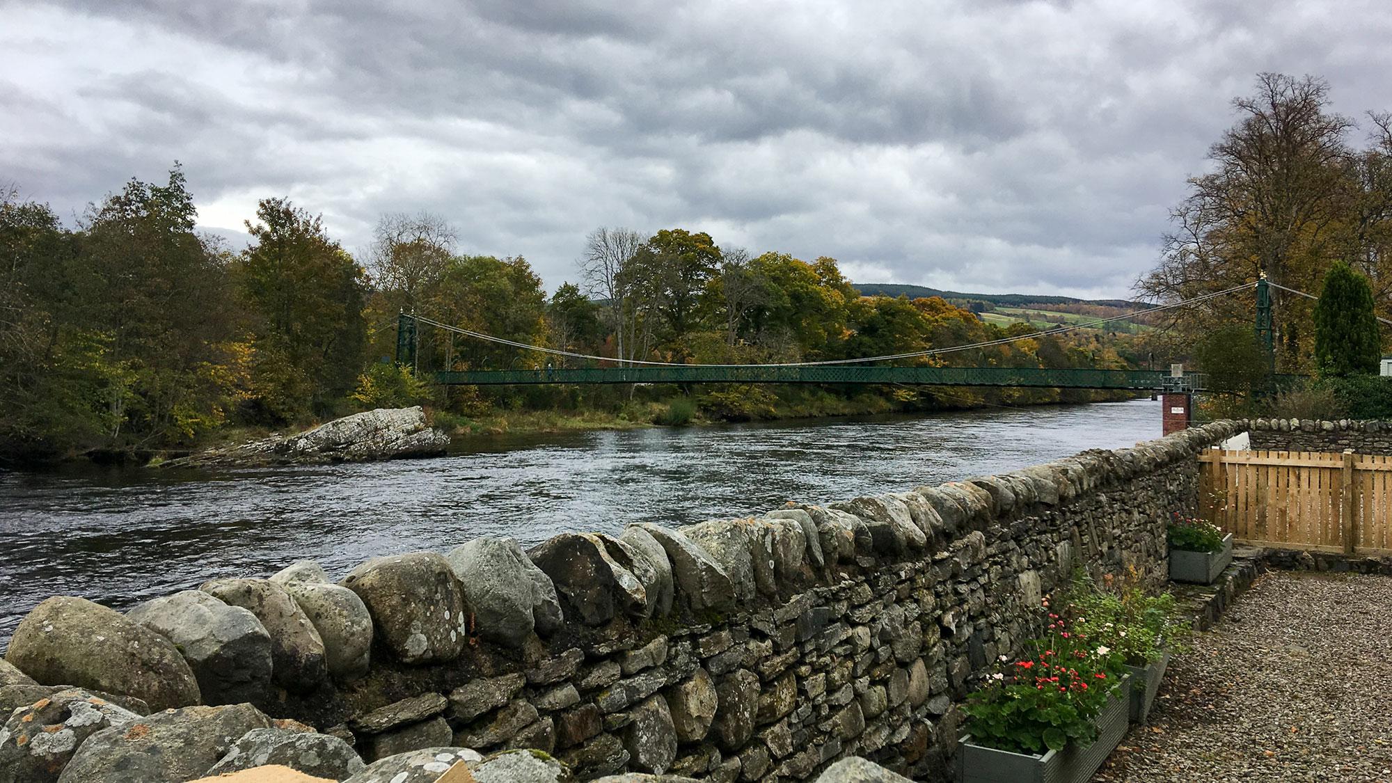 River Tummel Pitlochry hinter Steinmauer