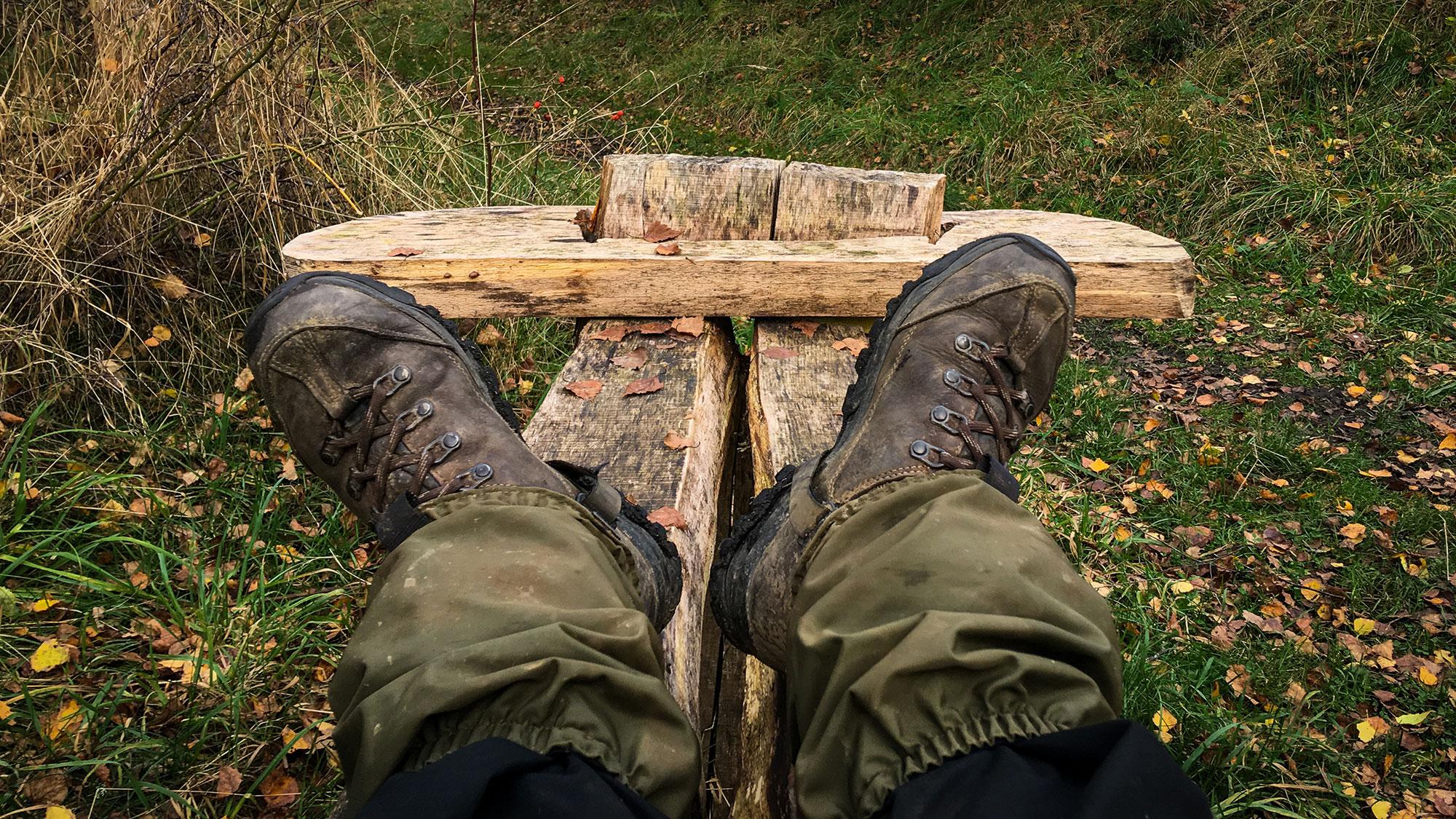 Wanderschuhe auf Holzbank