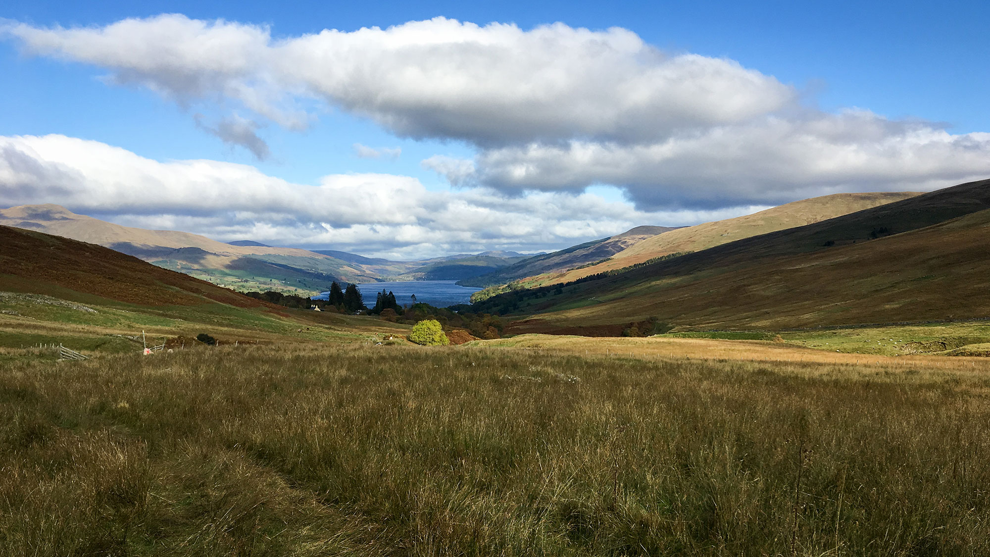 Blick über Loch Tay und Brae Farm